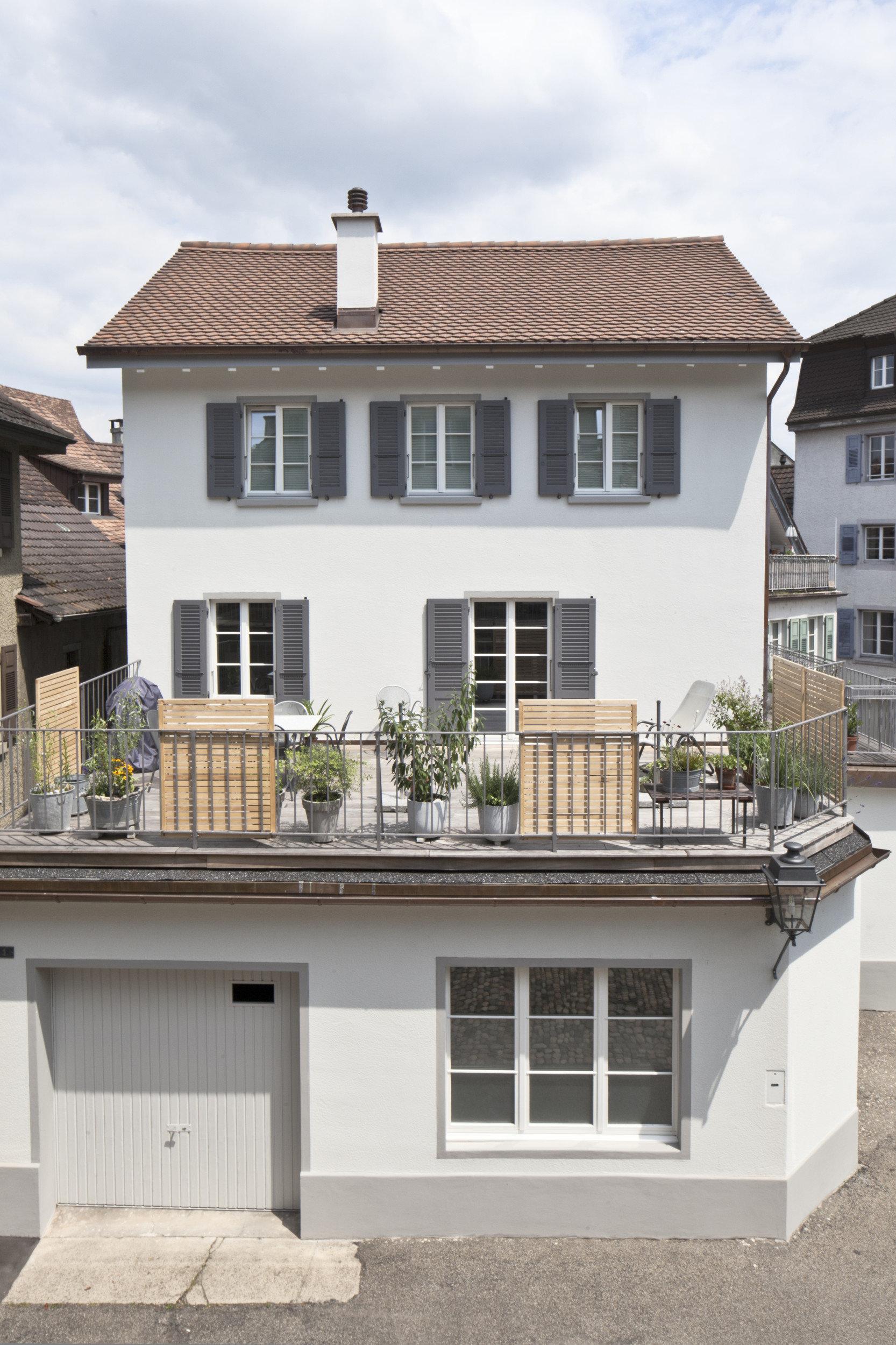 Frontansicht Altstadthaus mit Terrasse und Sprossenfenster mit Läden