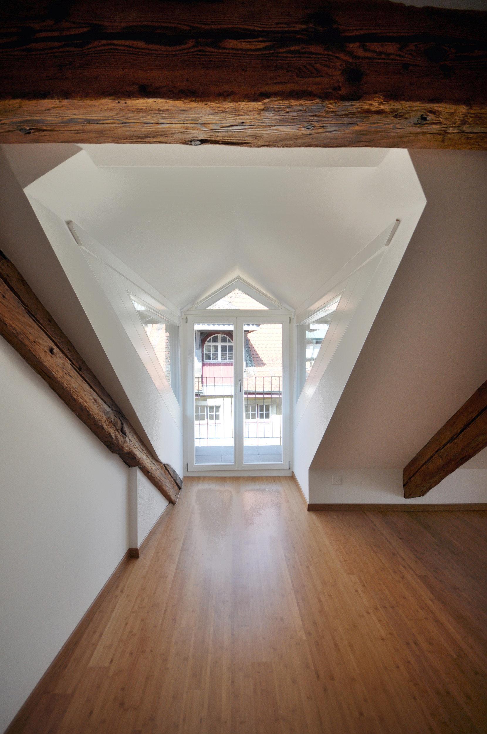 Spezielles raumhohes Holzfenster zum öffnen in grosser Gaube mit 2-fach-Verglasung