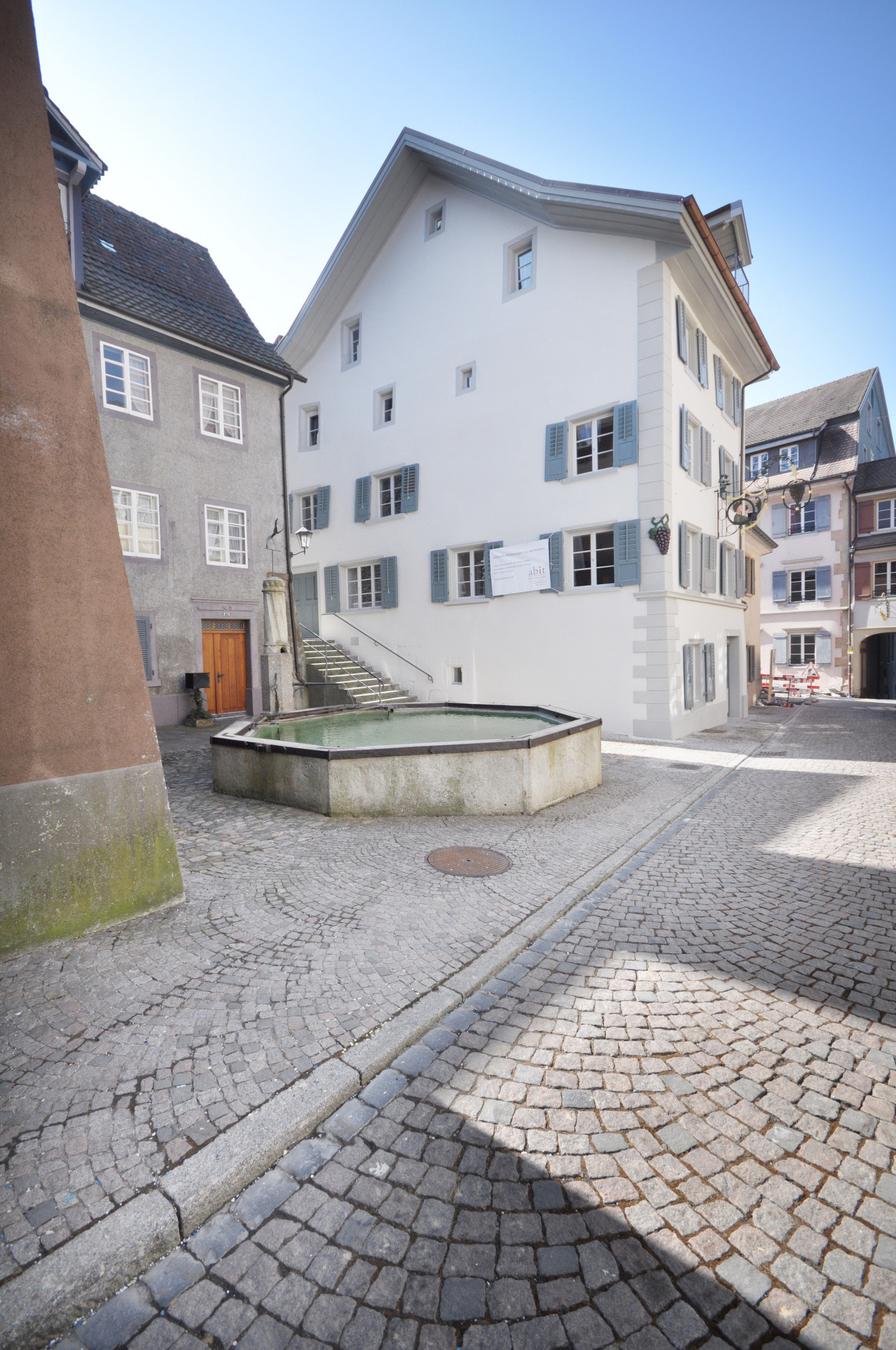 Denkmalgeschütztes Altstadthaus aus dem 16. Jahrhundert mit Sprossenfenster und Läden