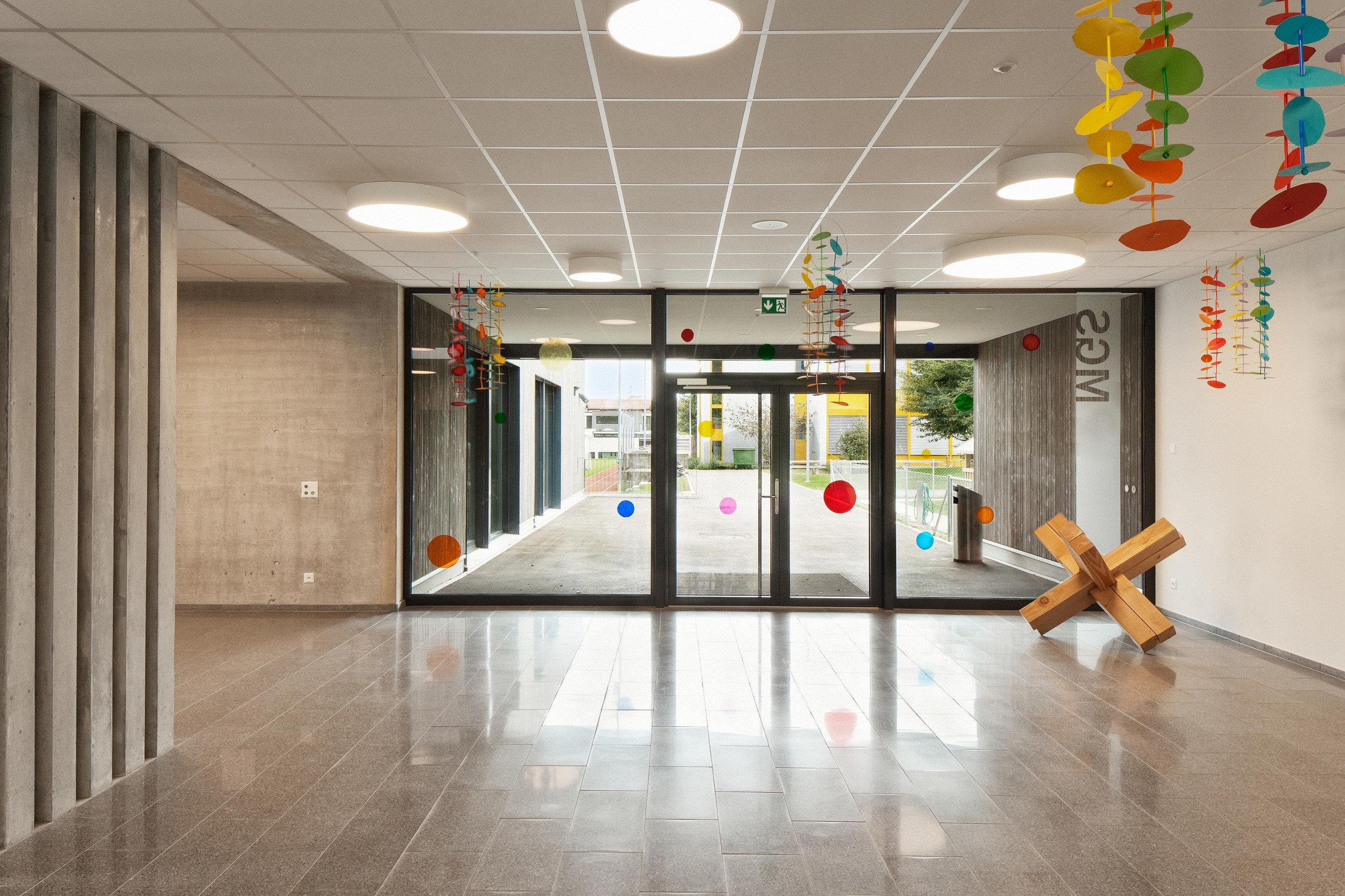 Saniertes Schulhaus mit gleichmässiger Fensteranordnung 1. Geschoss