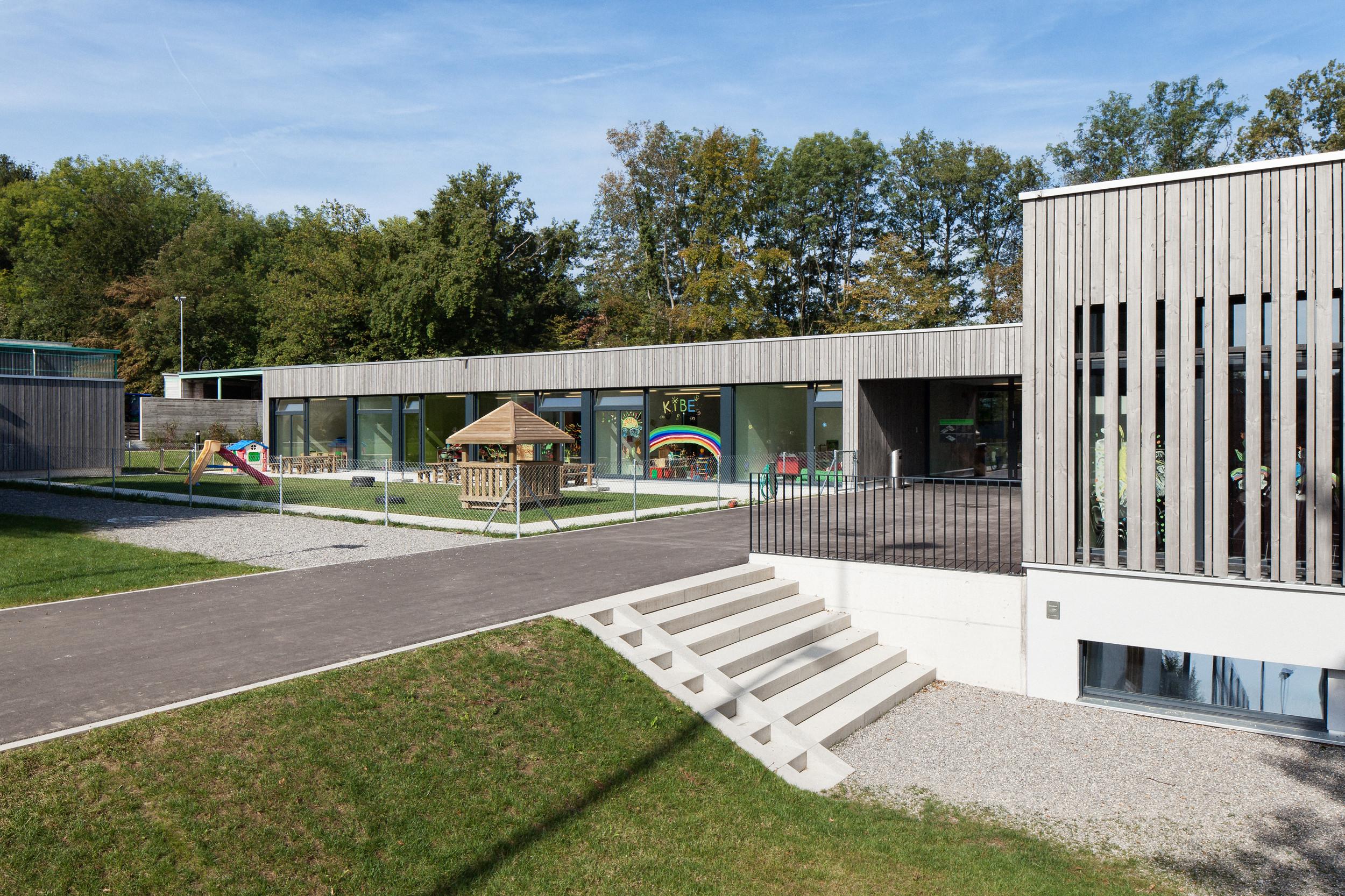 2-geschossiges Schulgebäude mit Aussenanlage