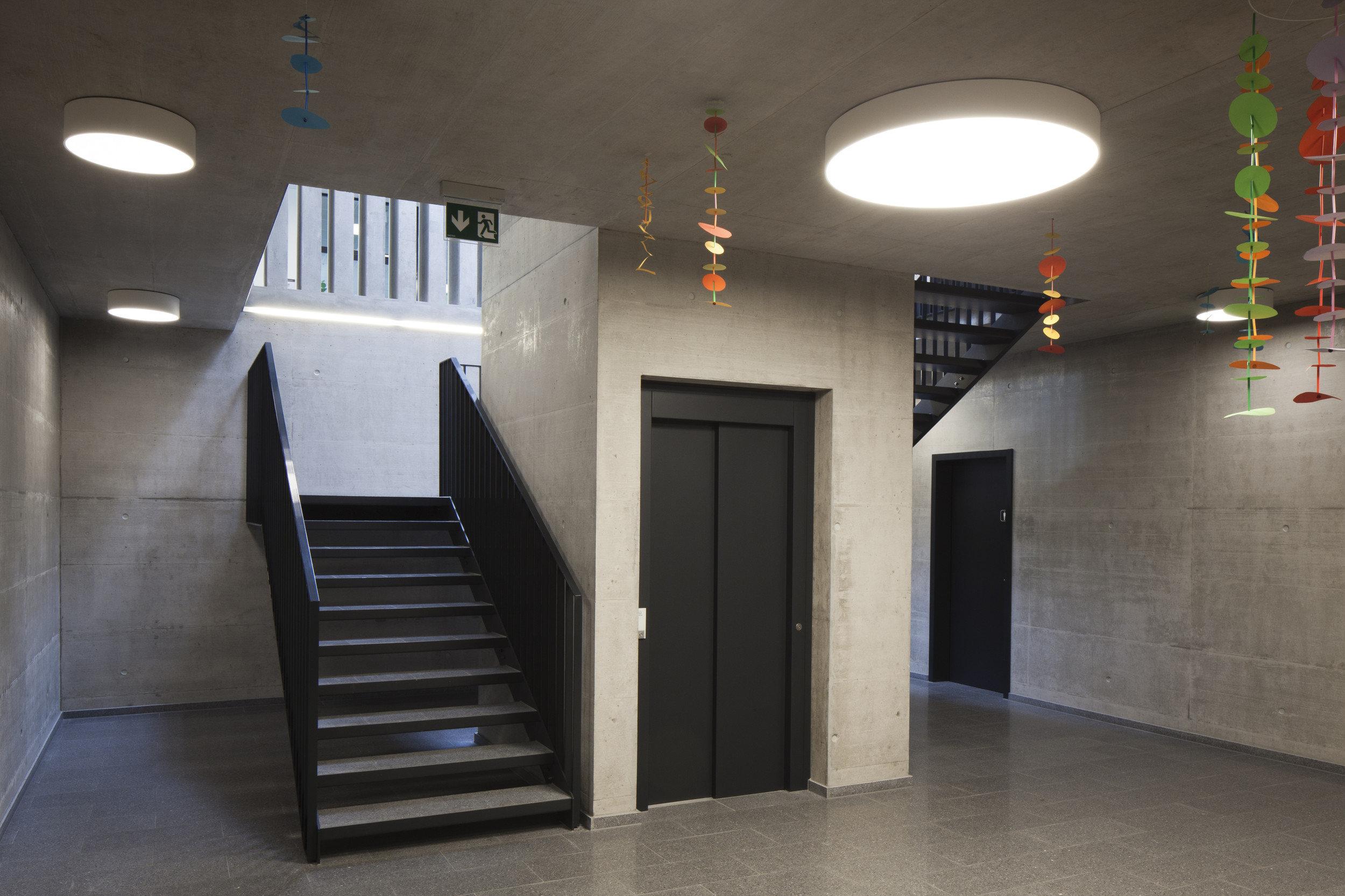 Treppenhaus und Lift in Schulgebäude in modernem Stil