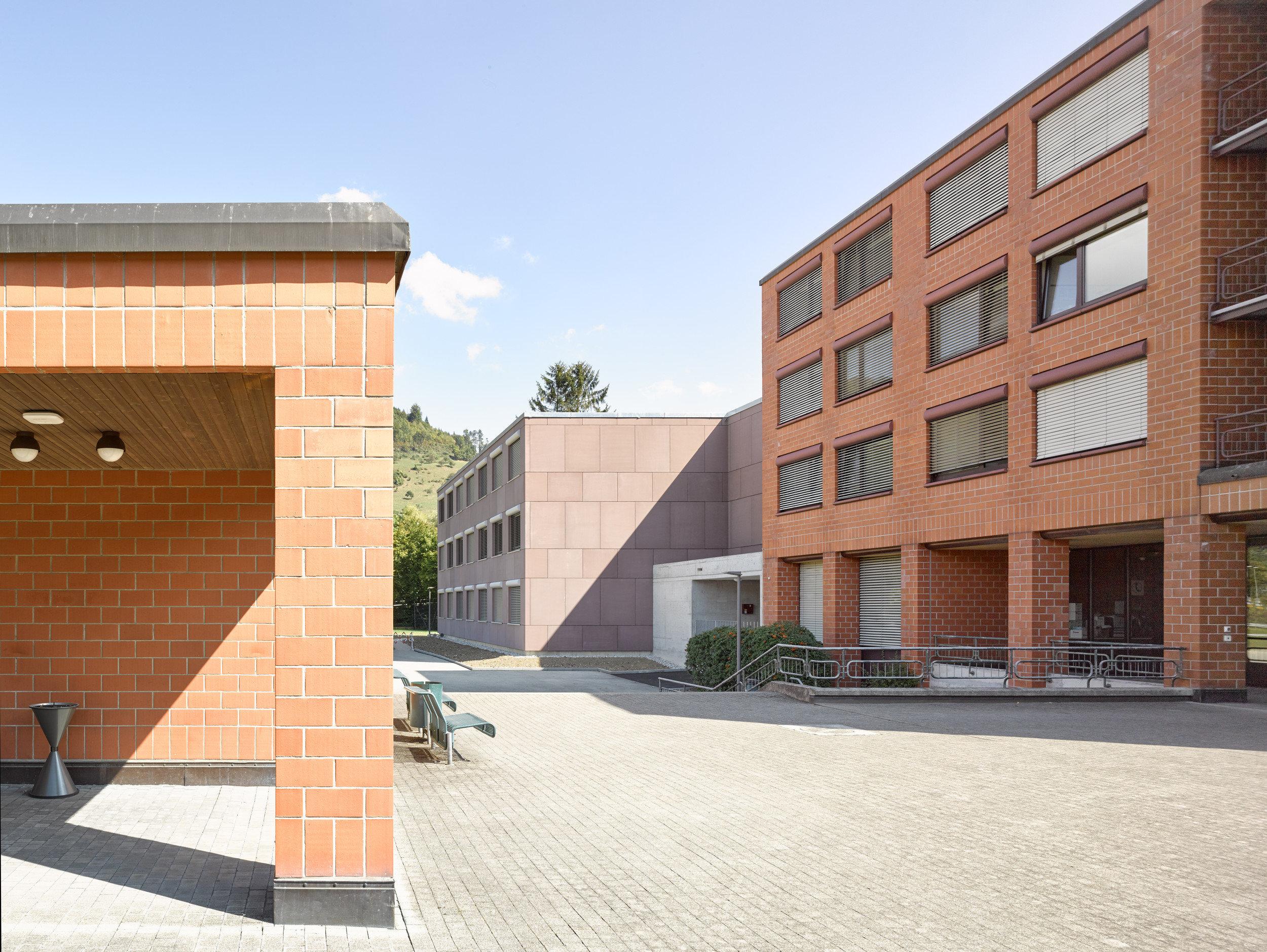 4-geschossiges Gebäude aus Backstein mit grossen Fensterelementen