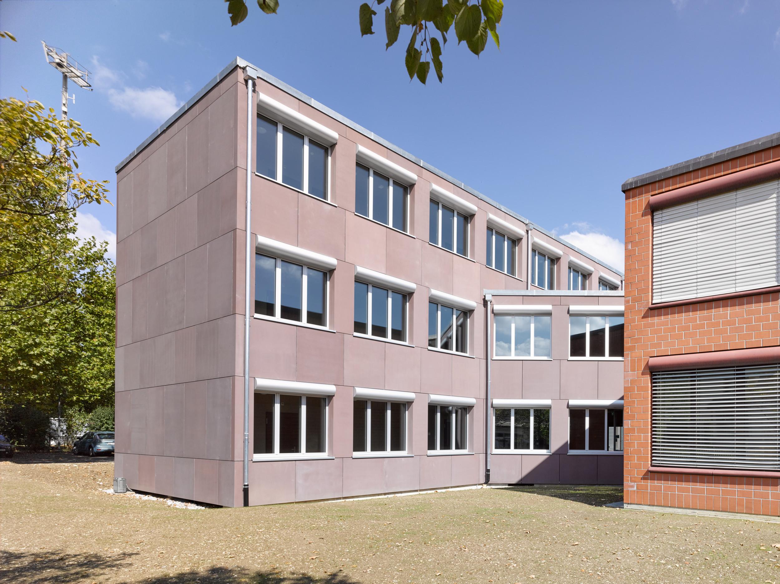 3-geschossiges Gebäude mit gleichmässiger Fensteranordnung + Anzahl