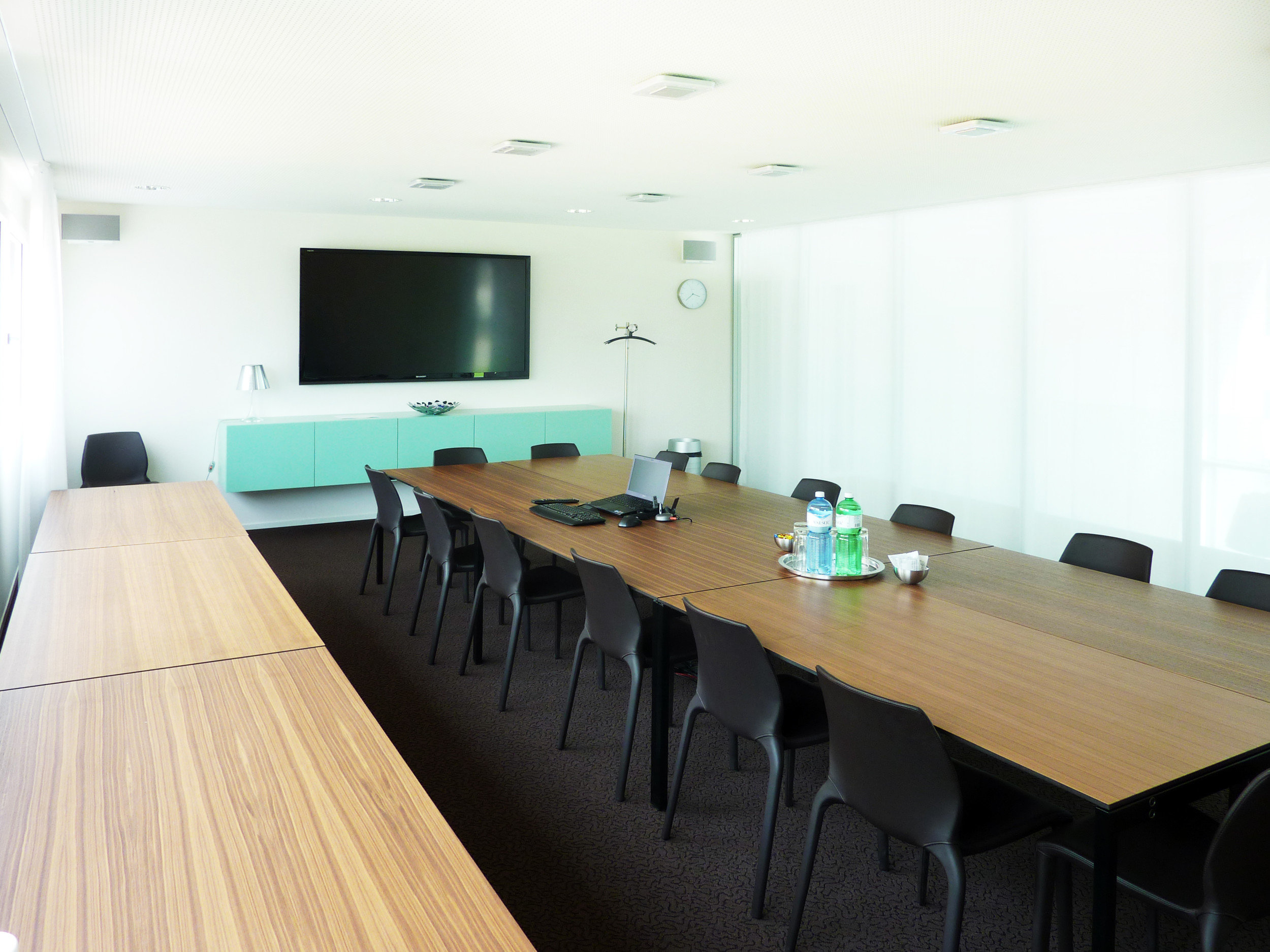 Grosses Besprechungszimmer in hellem und modernem Design