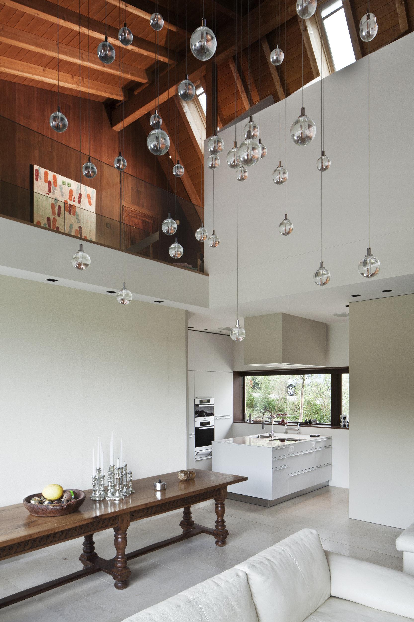 Moderne helle Küche mit Essbereich und Gallerie