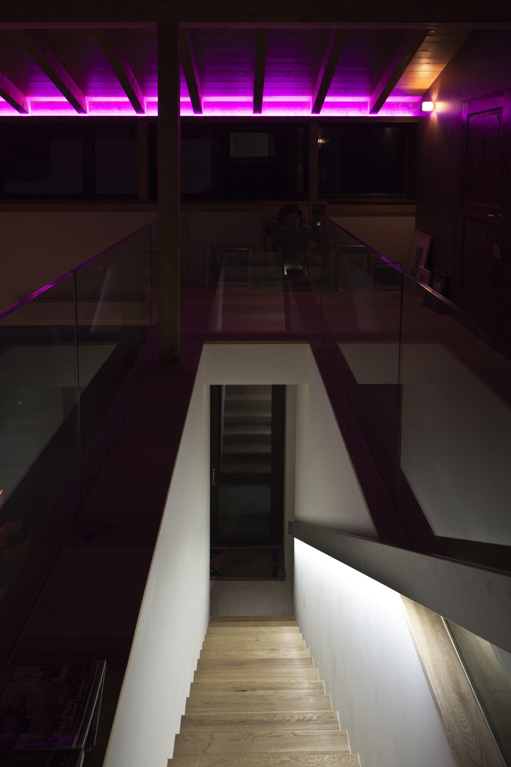Treppe nach unten mit LED beleuchteter Dachschräge