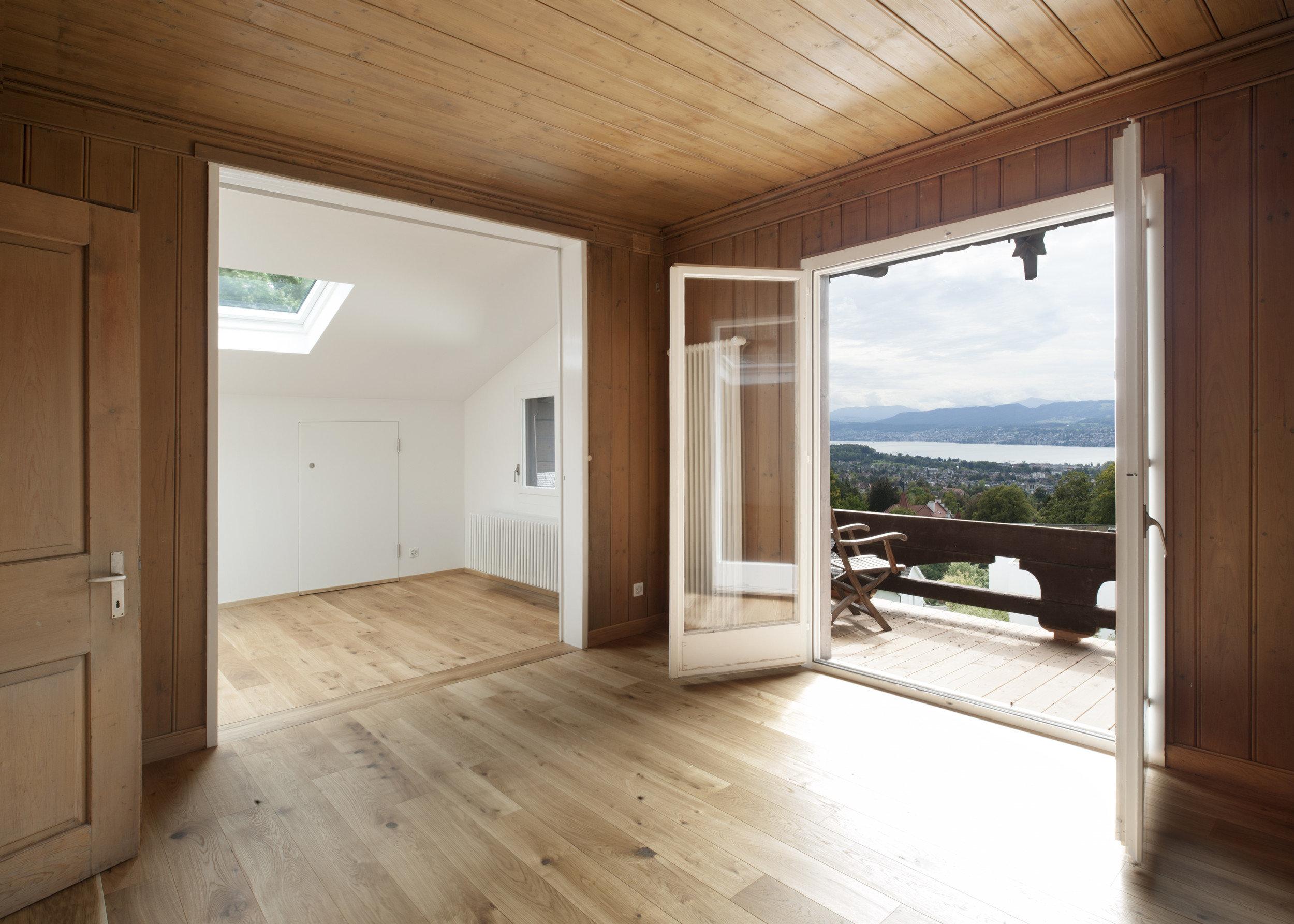 Wohnraum mit grossem Türrahmen und Doppelflügeltürelement auf Balkon