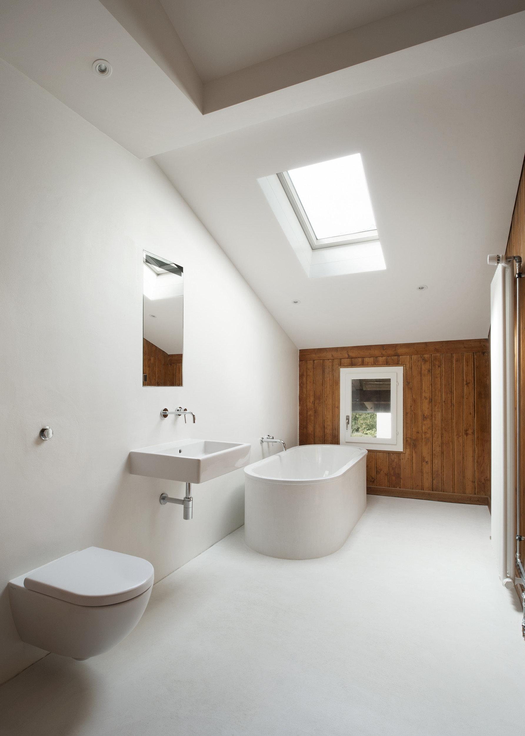 modernes, helles und schlichtes Badezimmer mit Dachschräge