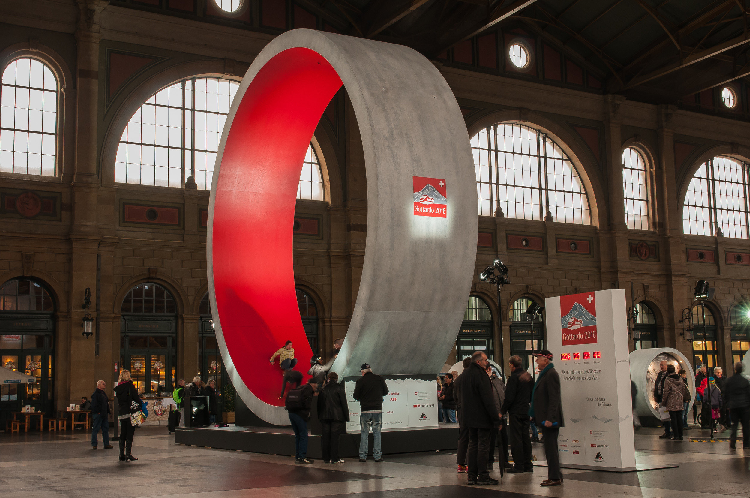 Grosser Betonring innen rot beleuchtet in Bahnhofshalle Seitenansicht