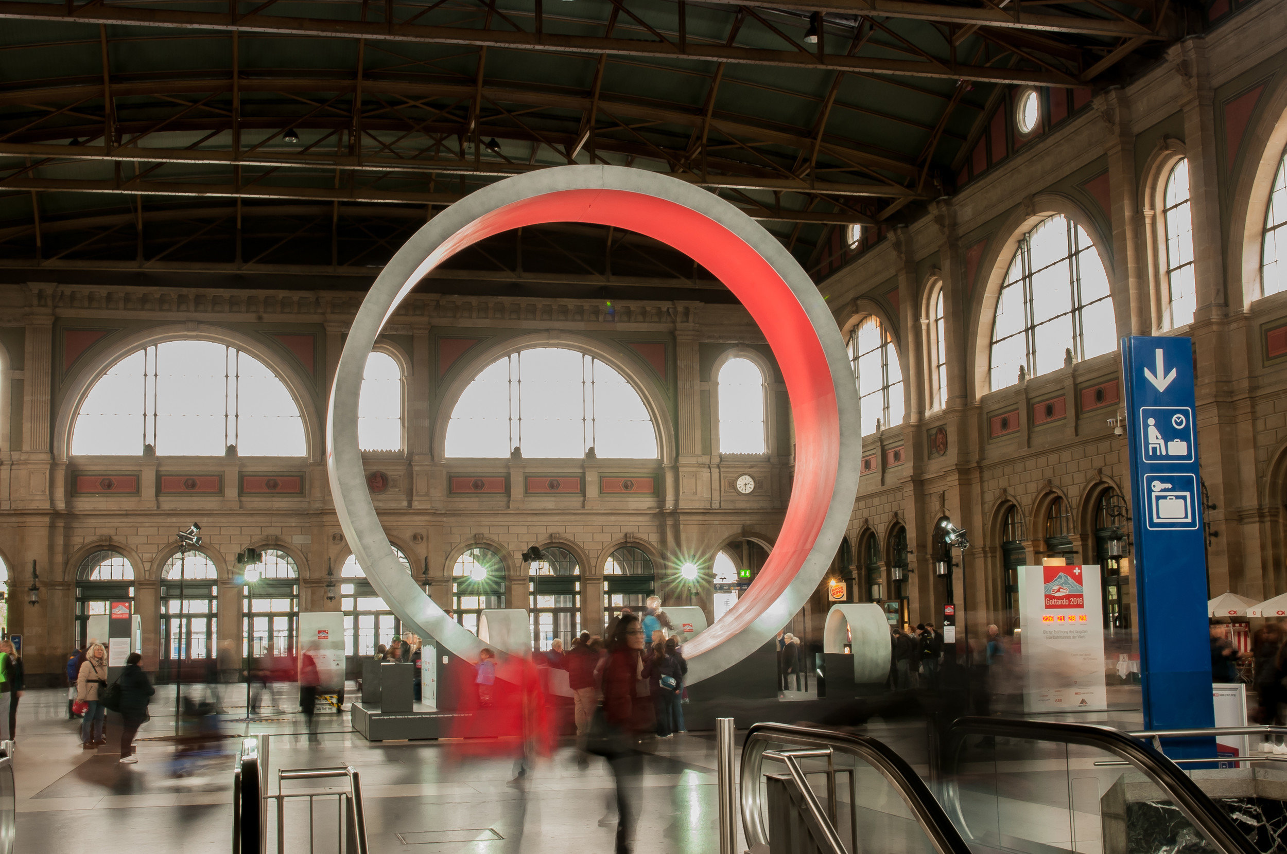 Grosser Betonring von innen rot beleuchtet in Bahnhofshalle