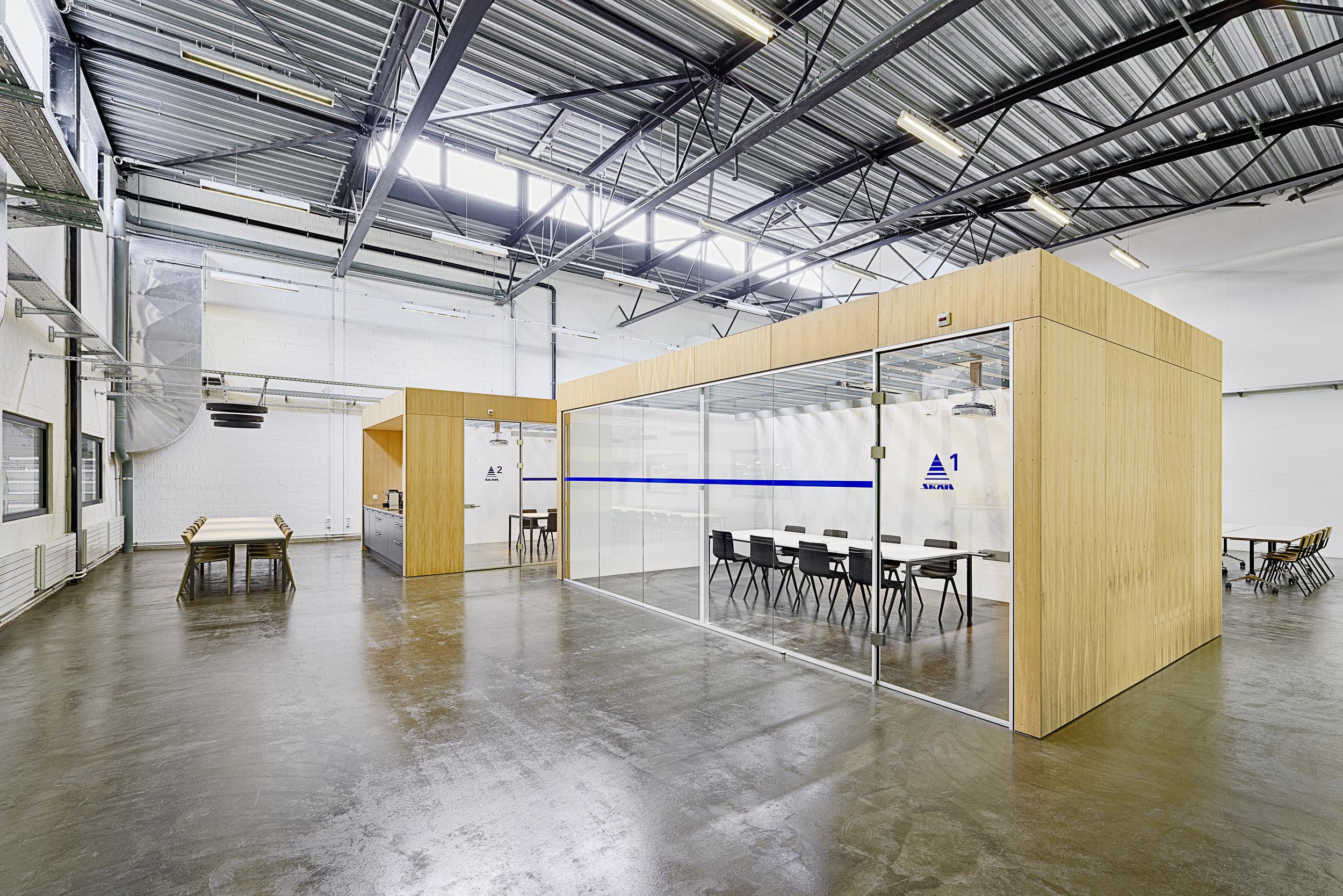 2 Indoor-Räume in Halle mit raumhohen Fensterelementen + Holzdach