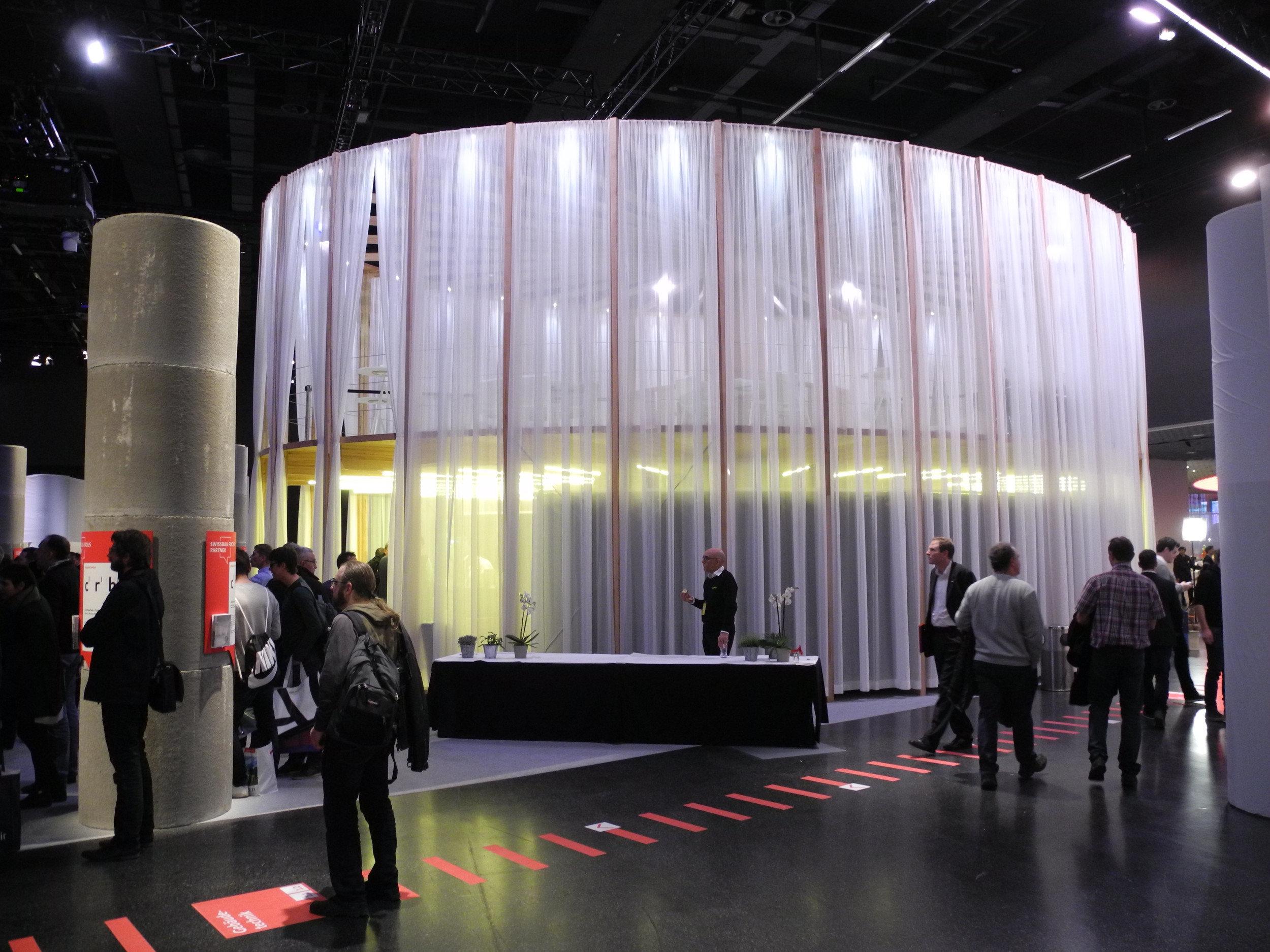 Pavillon elliptischer Grundriss geschlossene Vorhänge als Wand