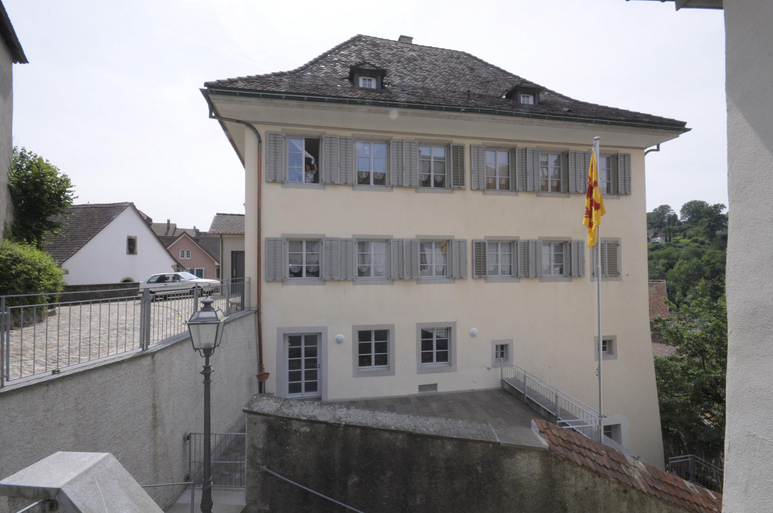 Historisches Pfarrgebäude mit Fenster und Läden