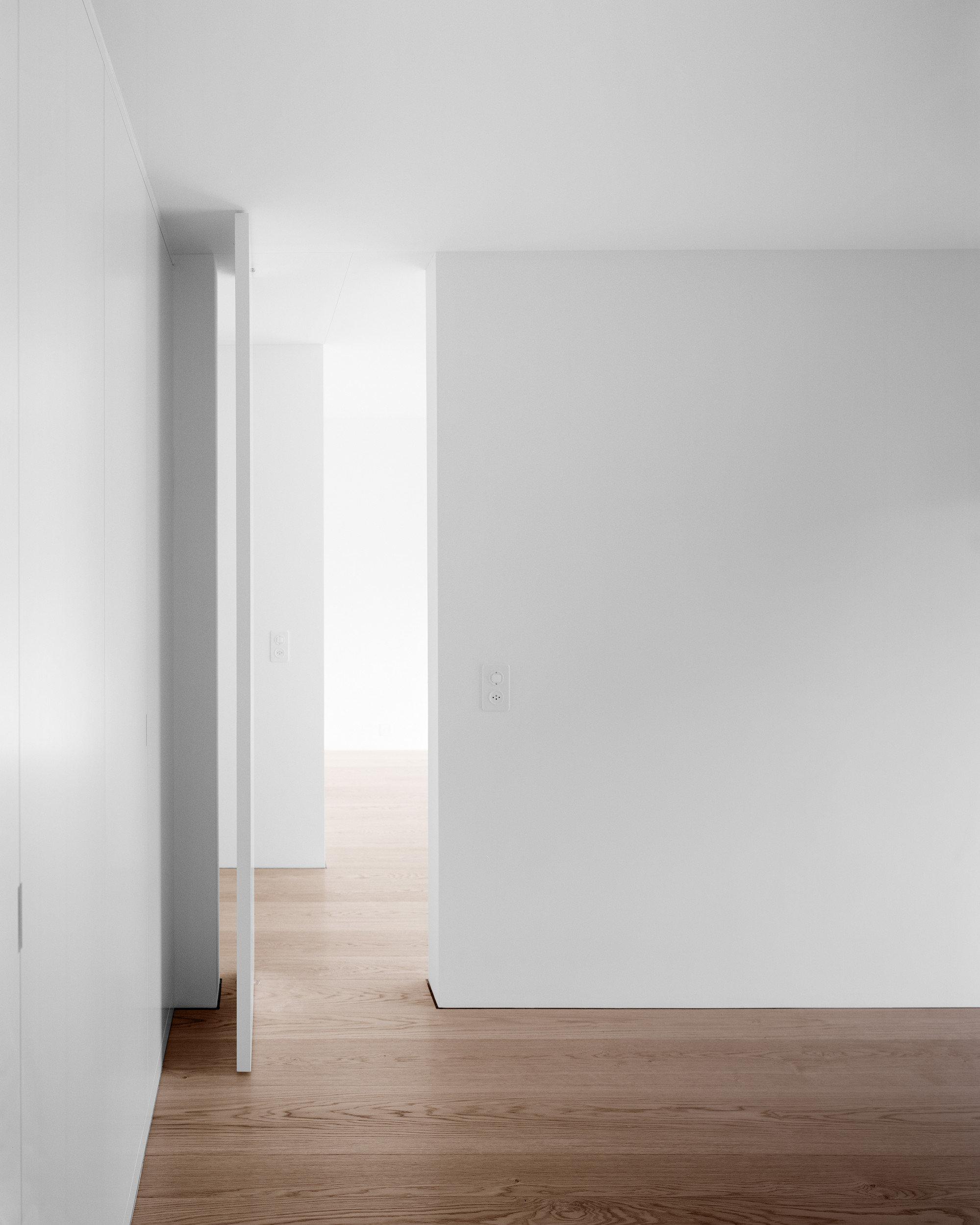 Tür offen in weiss in sanierter Wohnung mit dunklem Holzboden