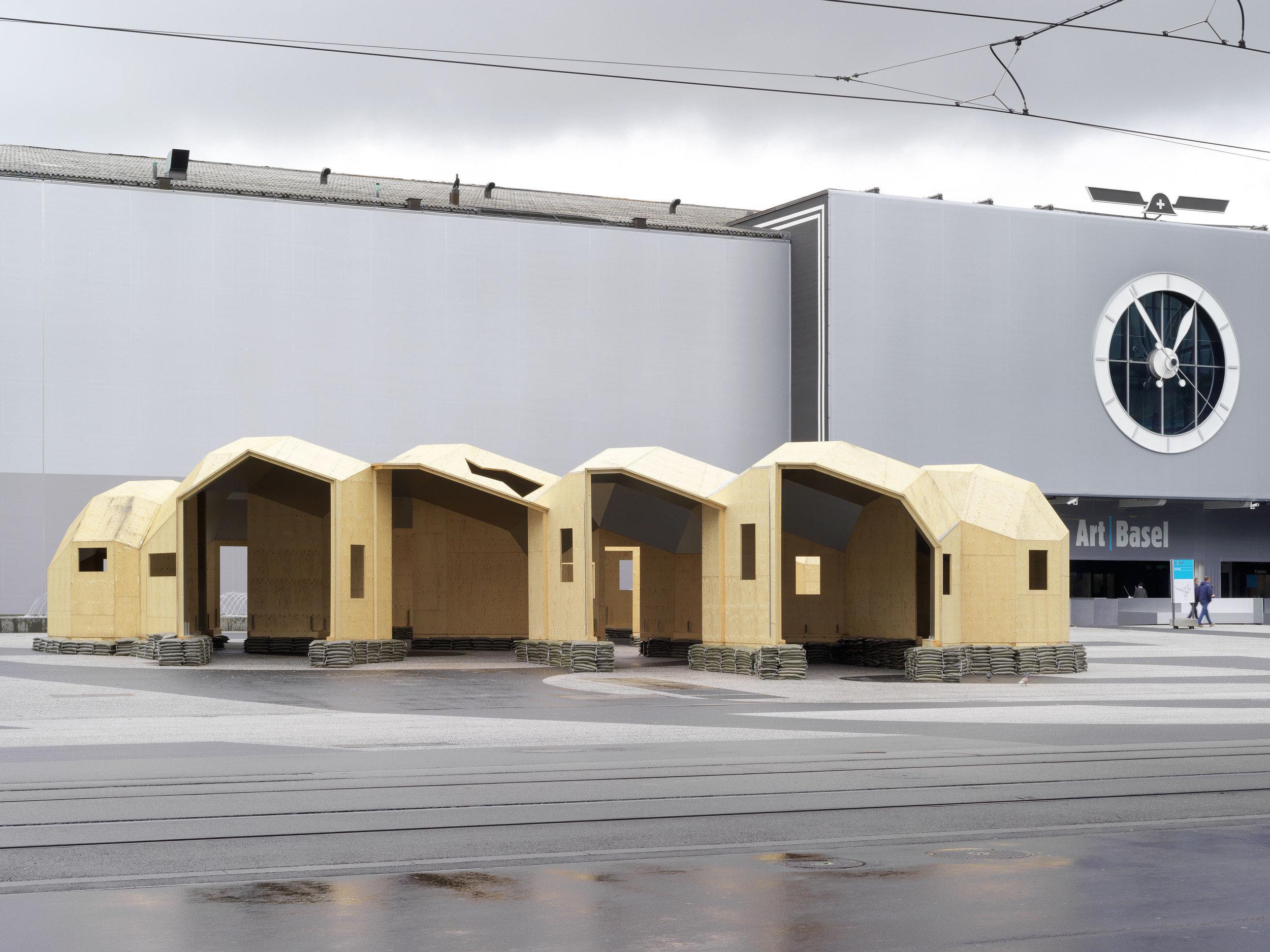 4-teiliges 3-dimensionales Holzkonstrukt mit Uhr im Hintergrund