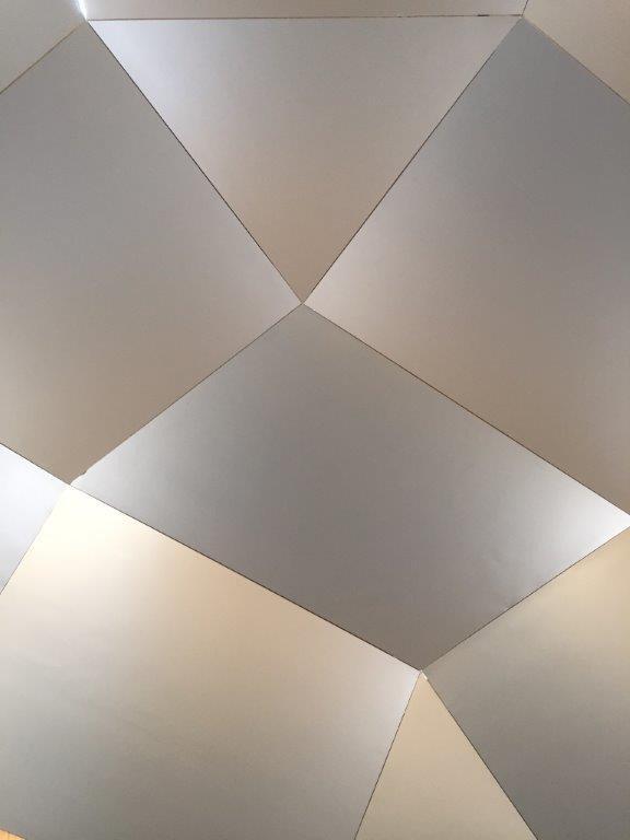 Helle viereckige Paneele aneinander bilden Raum