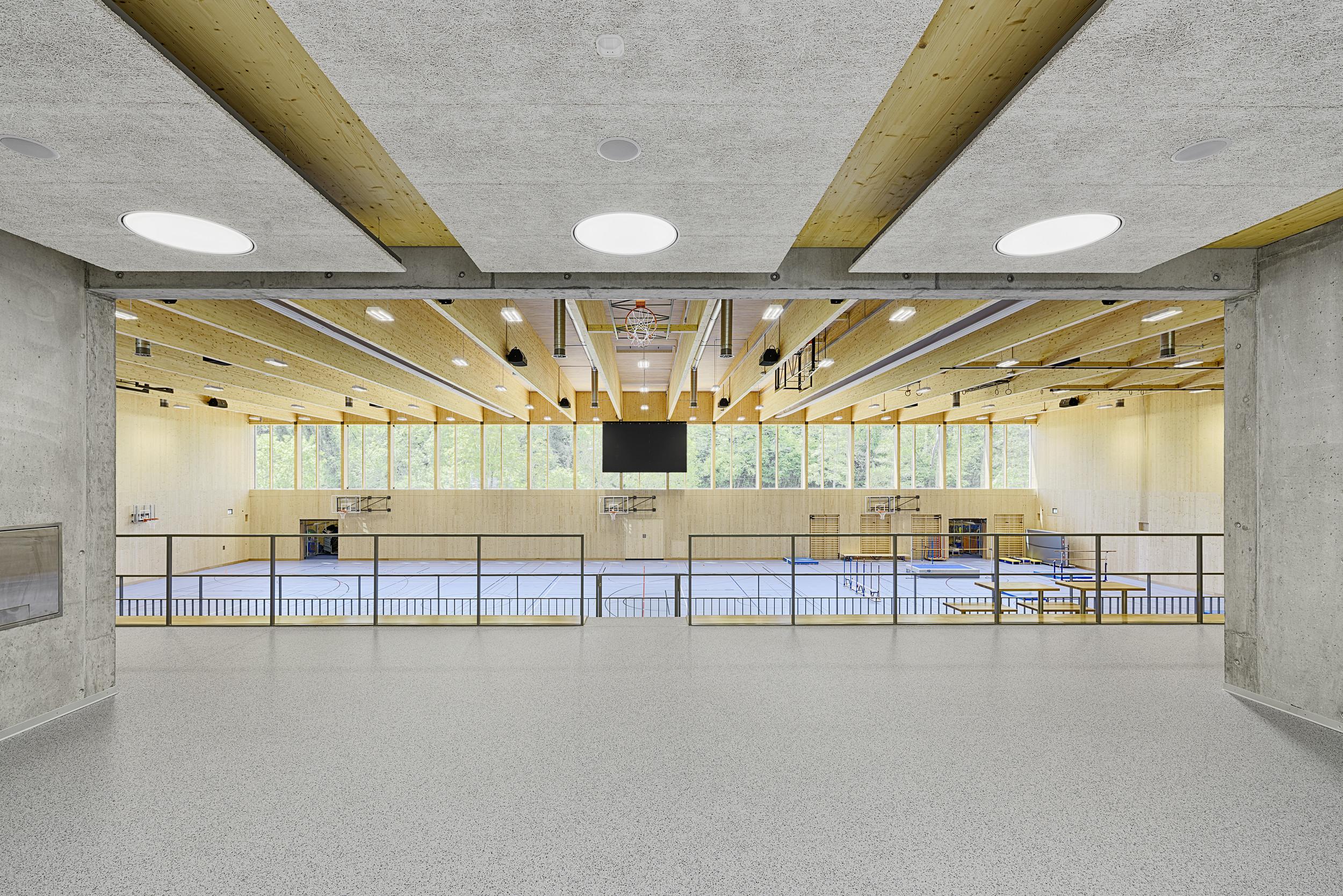 Blick von Tribüne auf 3-fach Sporthalle