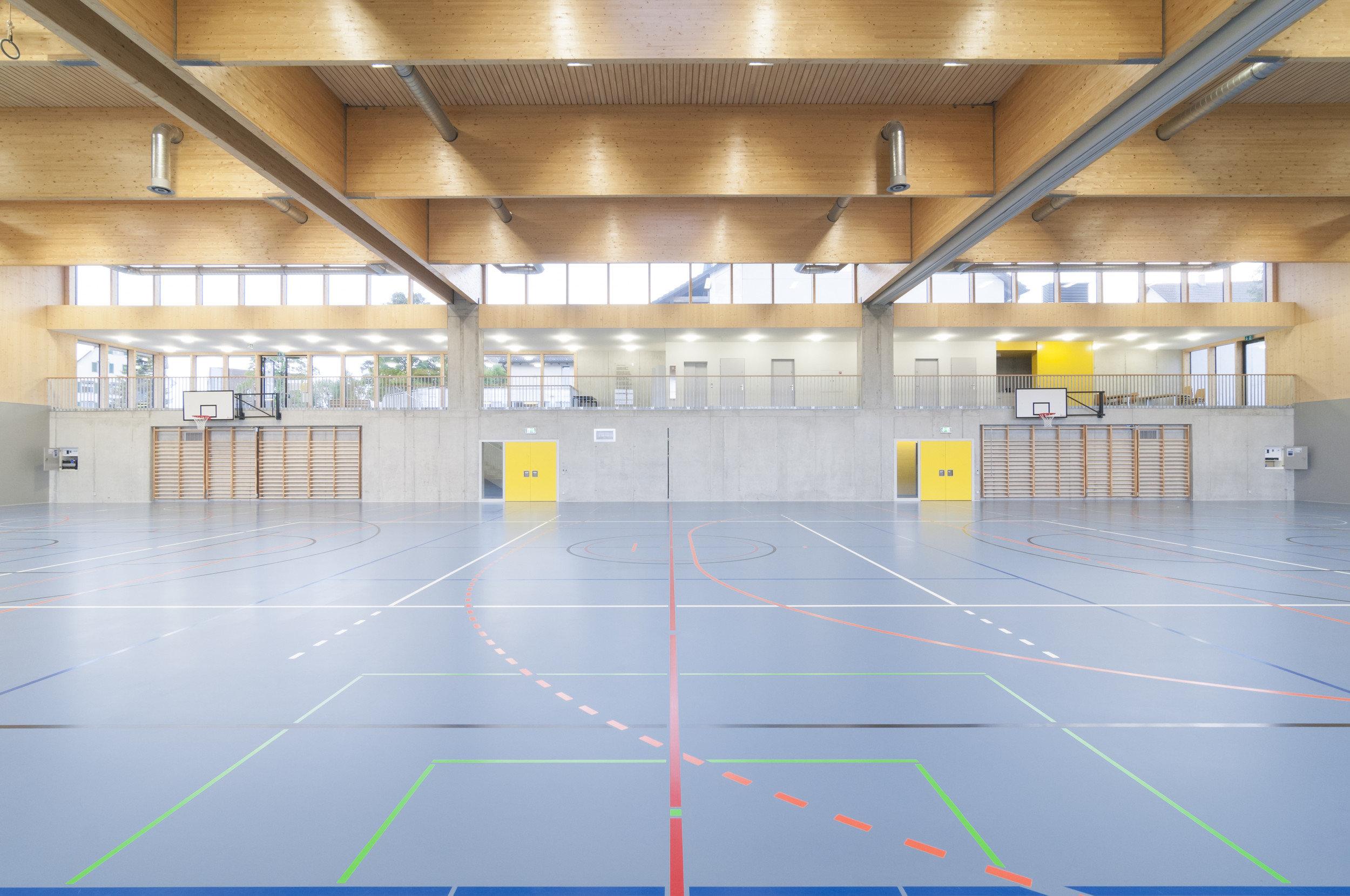 Sporthalle mit Fokus auf Breite