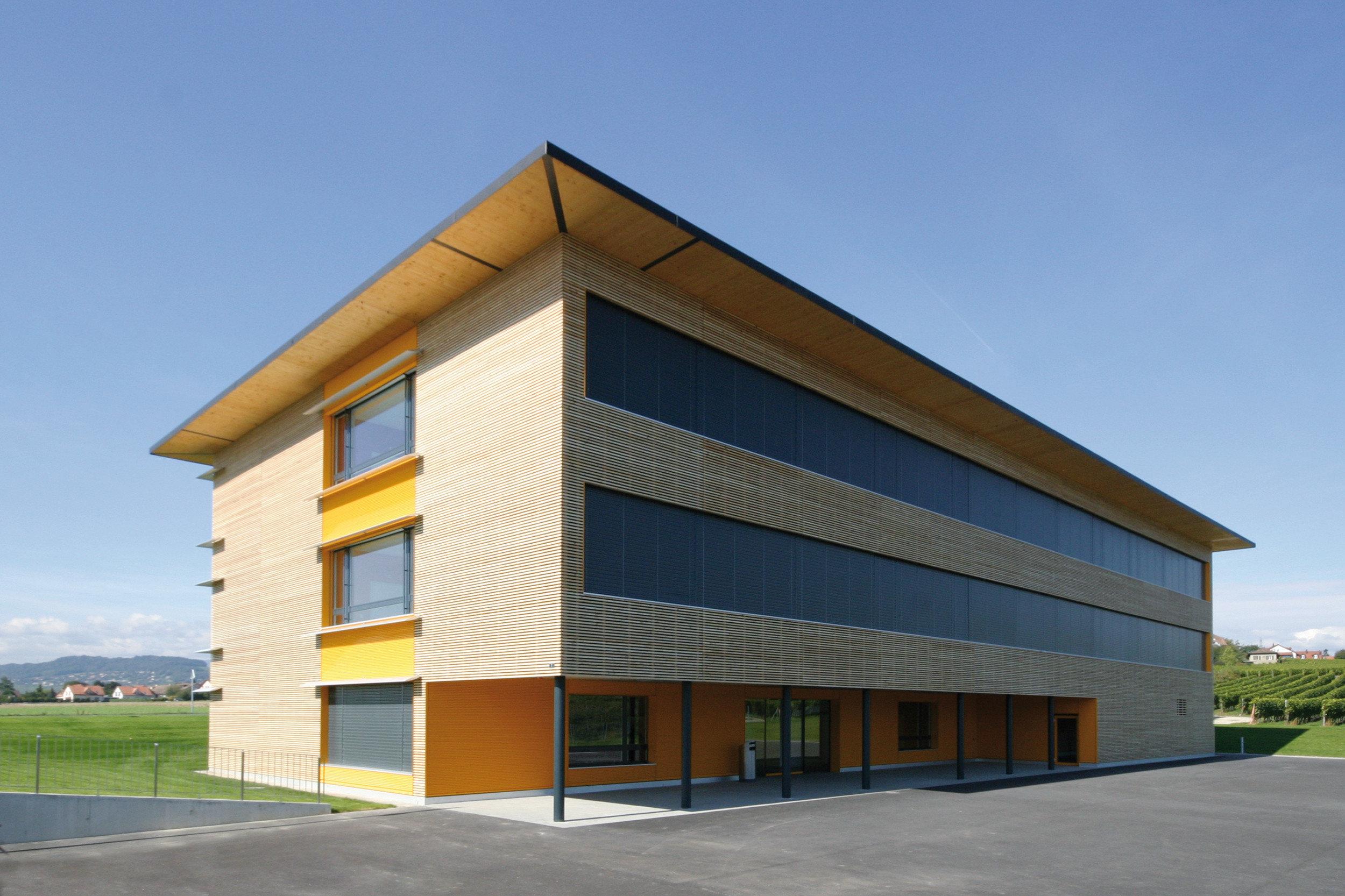 3-geschossiges Gebäude mit Fensterfront