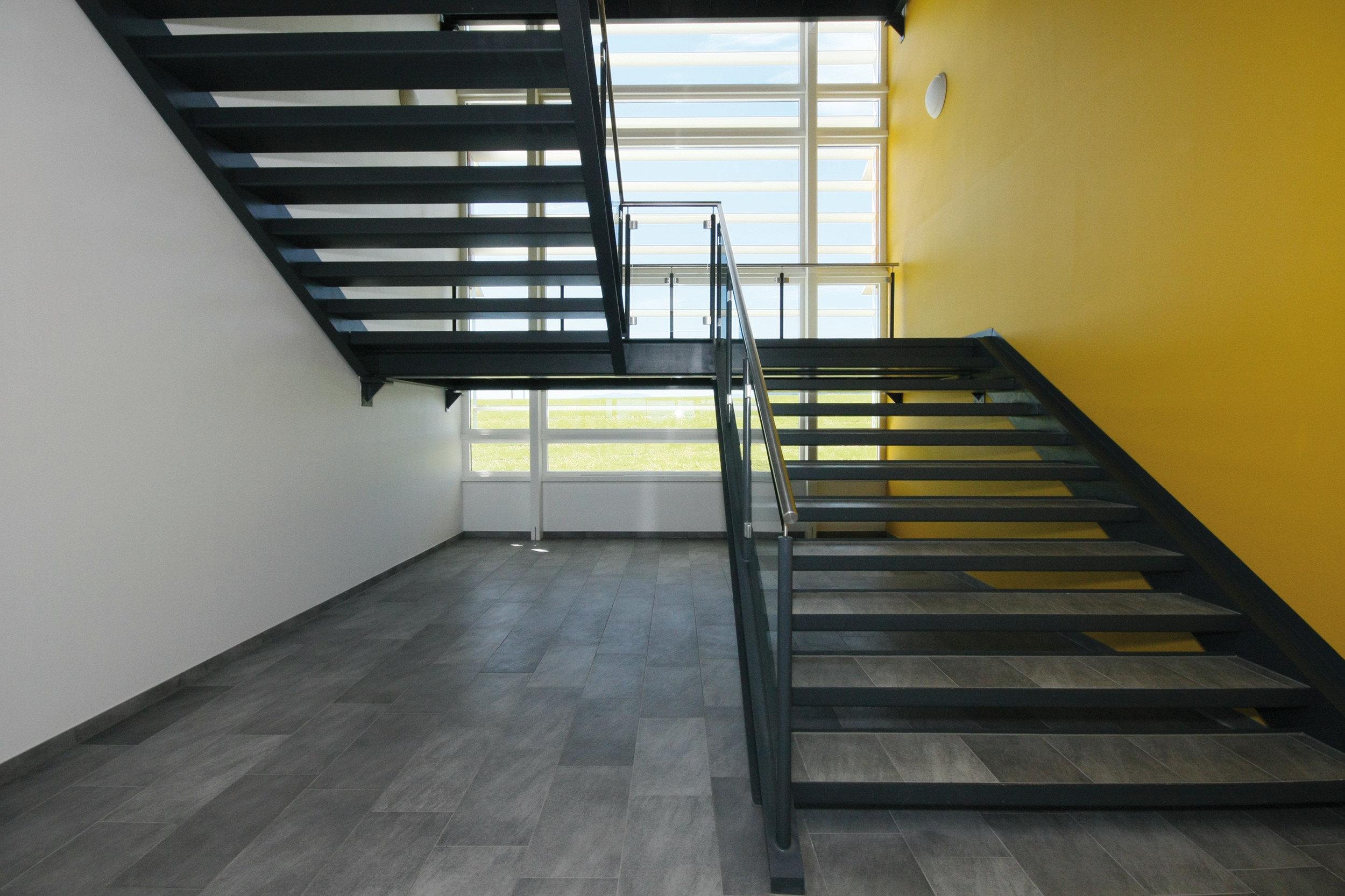 Heller, moderner Flur in Schulgebäude mit farbenfrohen Akzenten