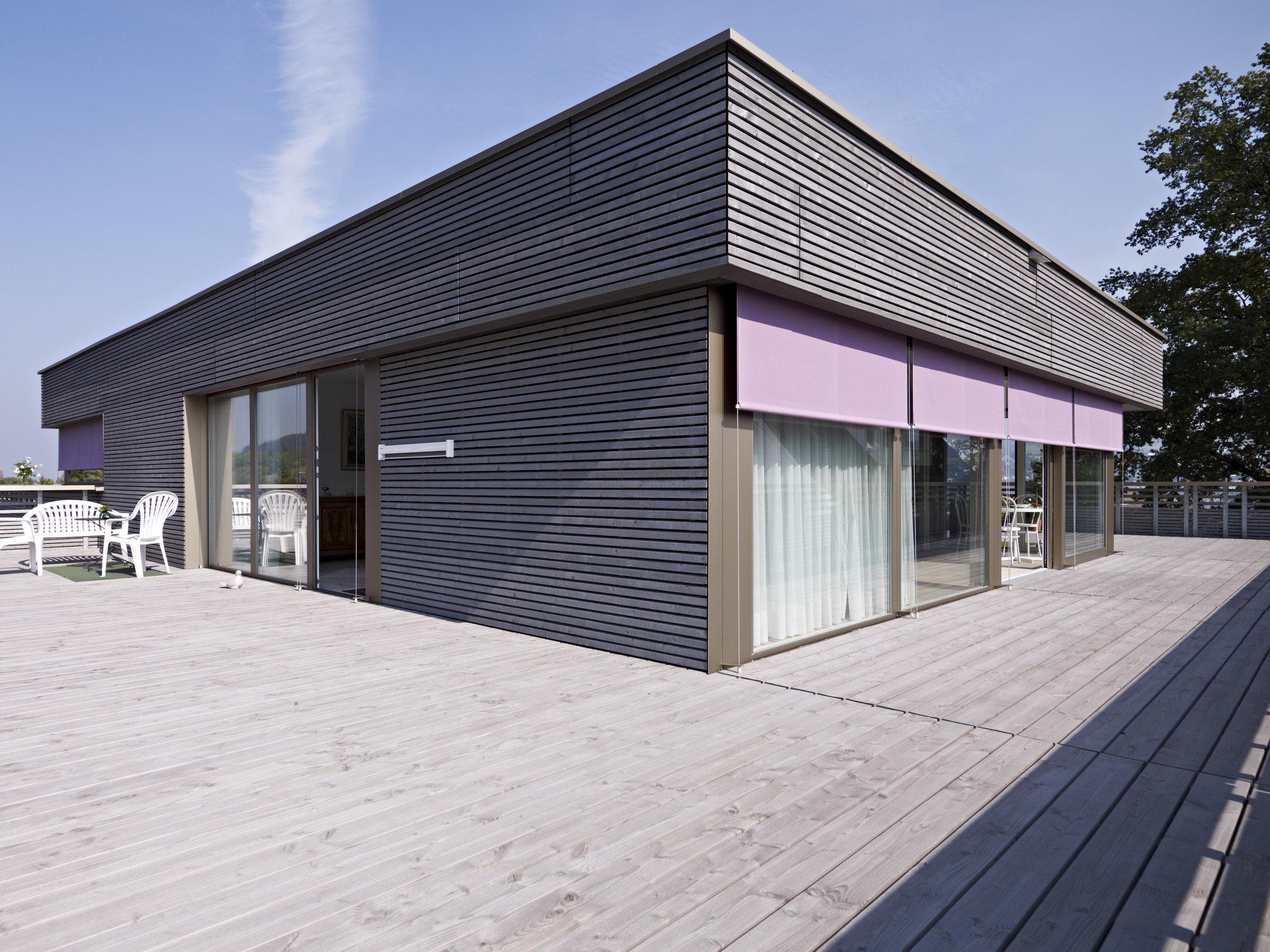 Oberstes Stockwerk eines Holz-Beton-Verbundsystem-Gebäudes auf Holzdeck