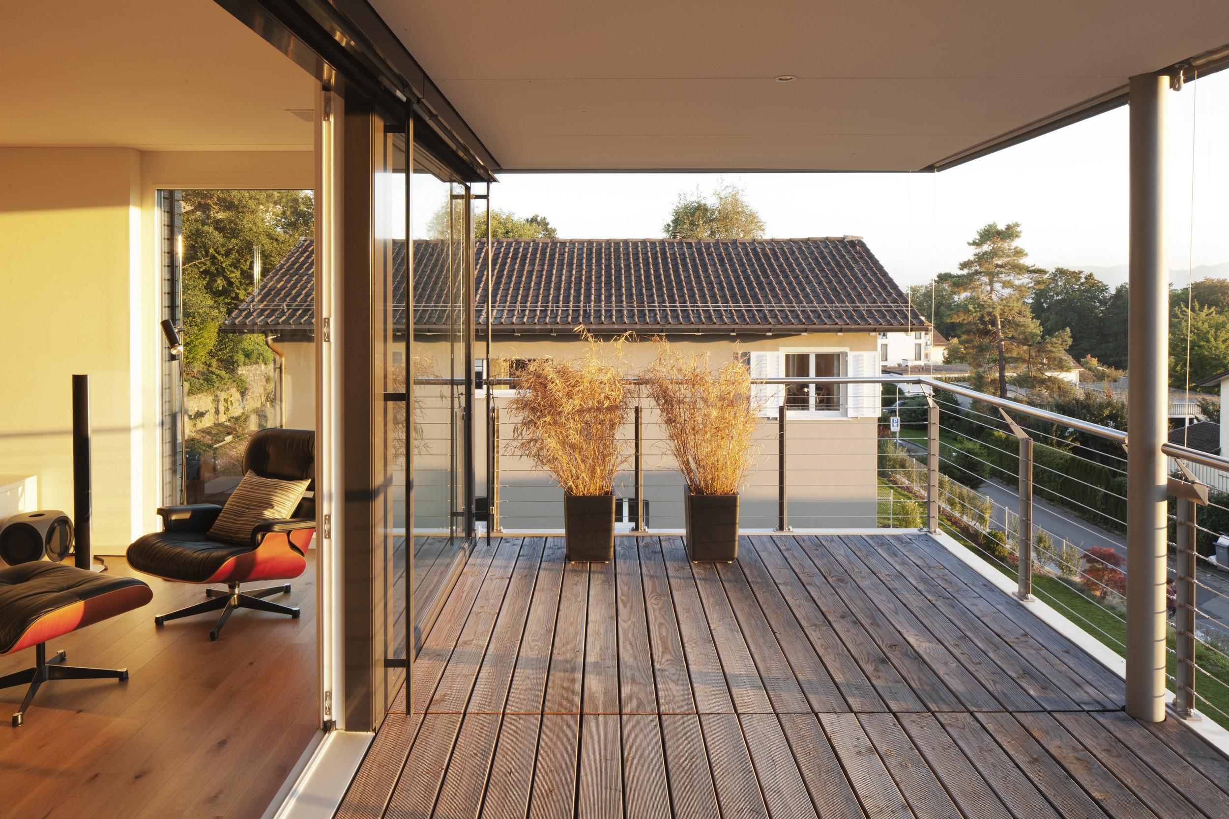 Balkon mit Holzboden und Hebe-Schiebetüren rechts