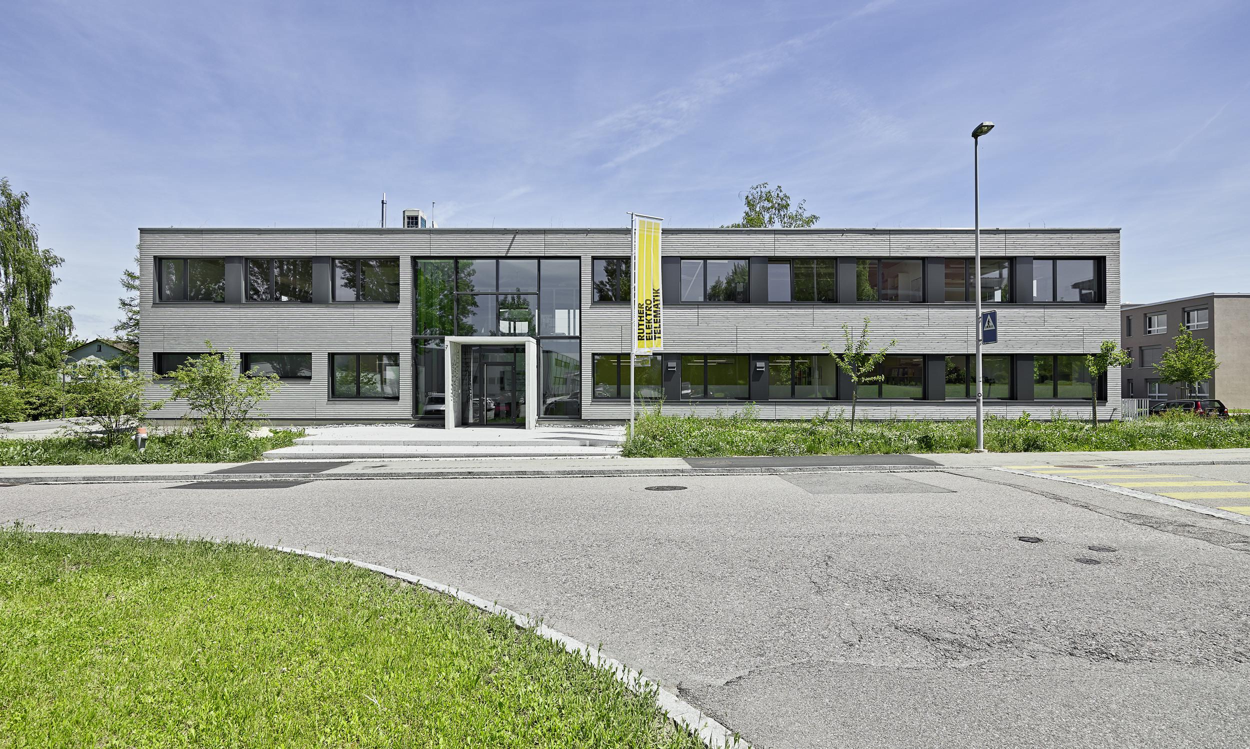 2-geschossiges Bürogebäude mit gleichmässiger Fensteranordnung