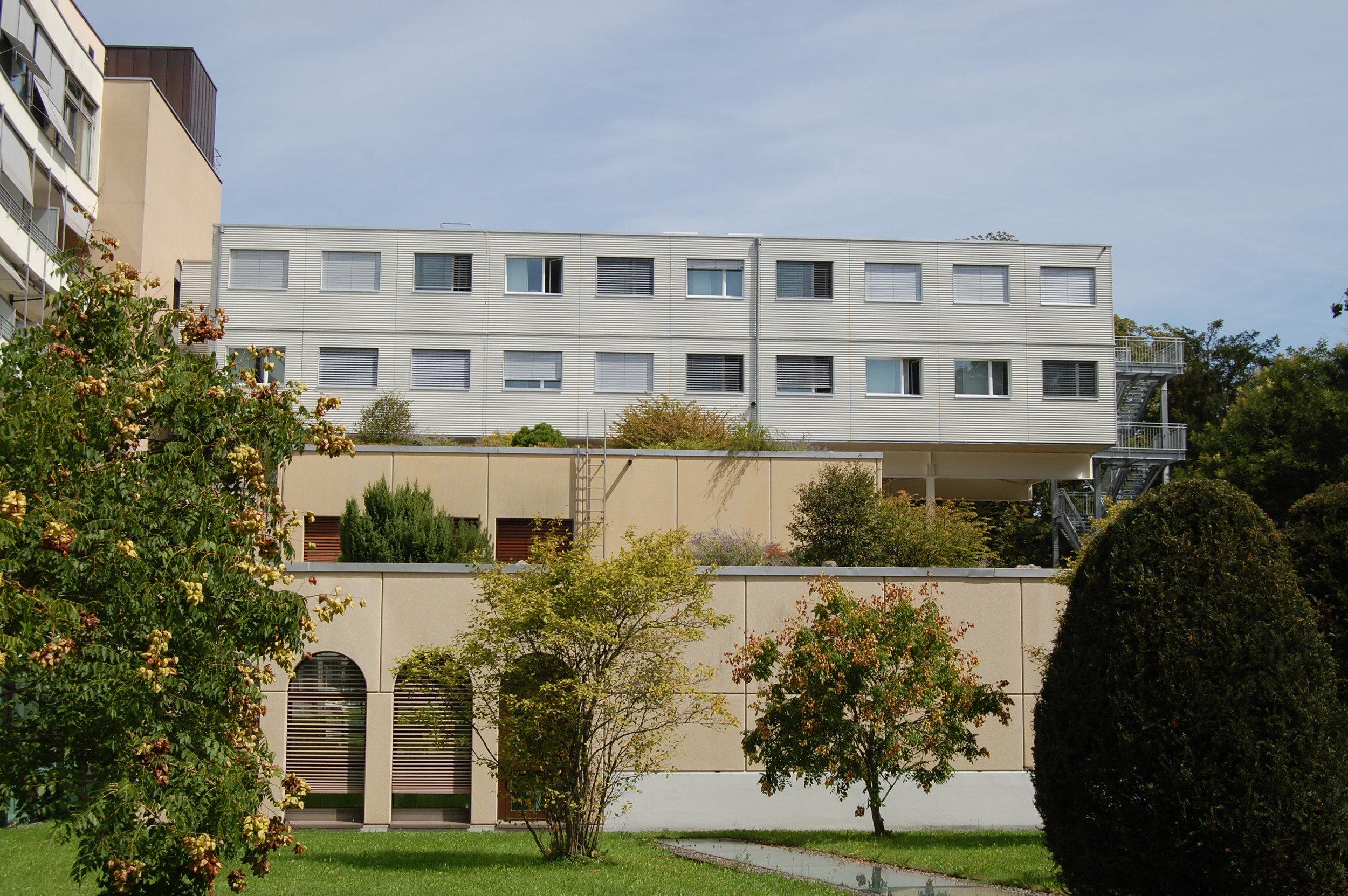 Modulbau mit gleichmässiger Fensteranordnung mit Einflügelfenster