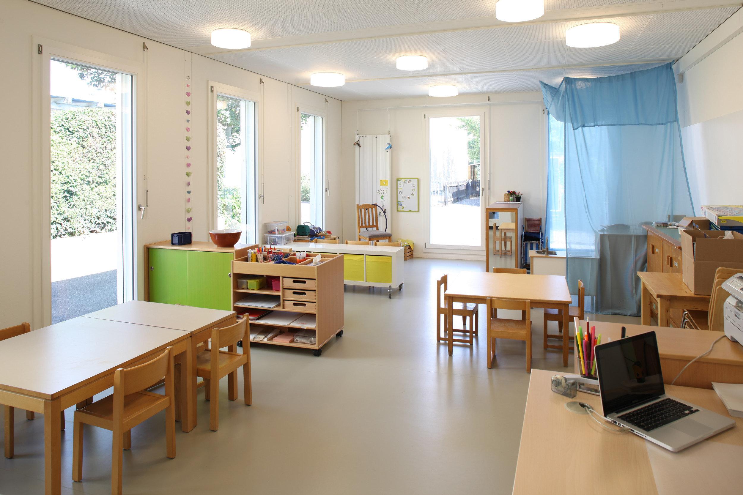 Küche in hellem Kindergartenraum