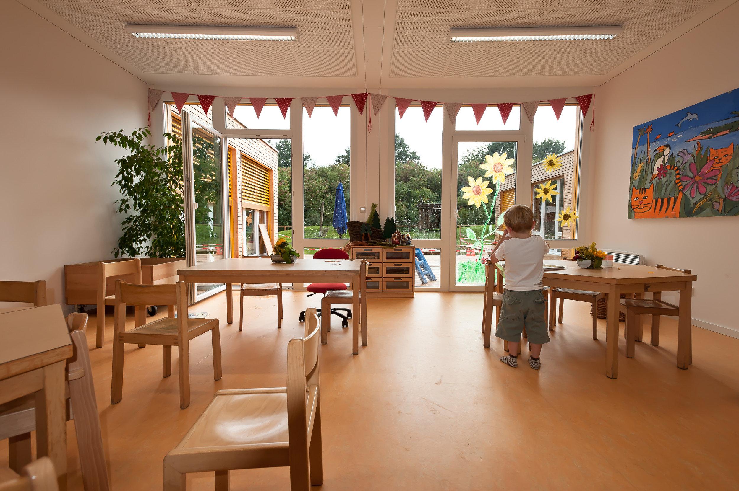 KITA möblierter Aufenthaltsraum mit grossen Fenstern
