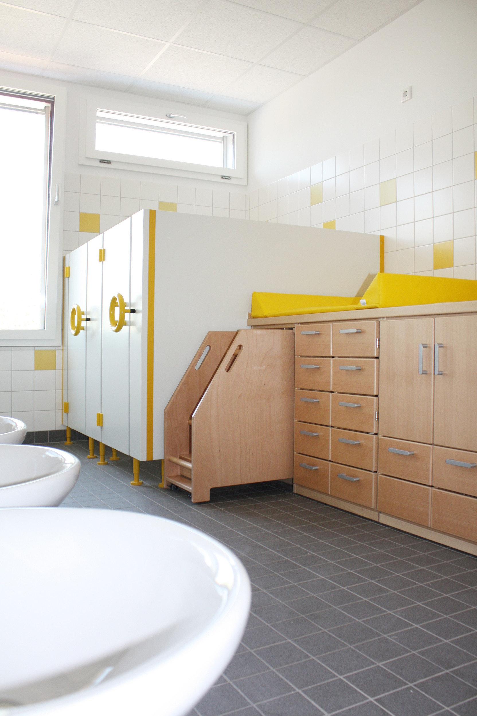 Kinderspielanlage aus Holz in lichtdurchflutetem Raum