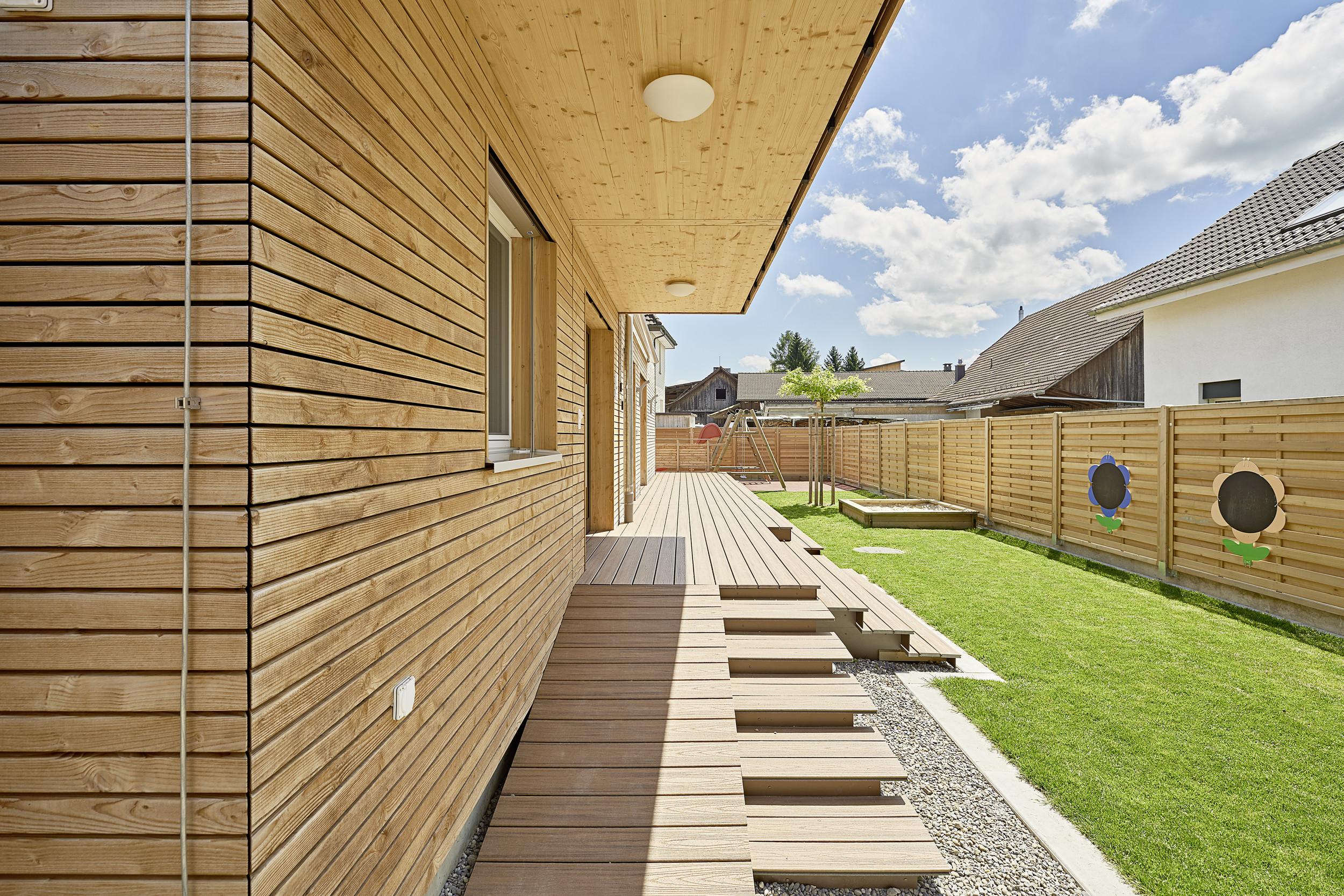 Natürliche Holzfassade von Modulbau einer Kinderkrippe
