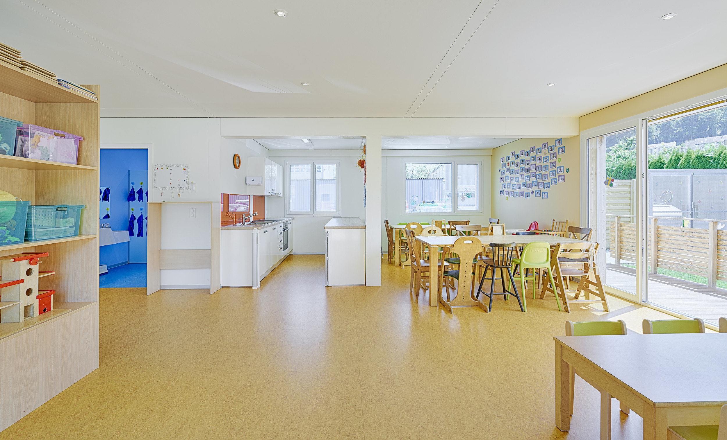 Raum Kinderkrippe in hellem und schlichtem Design