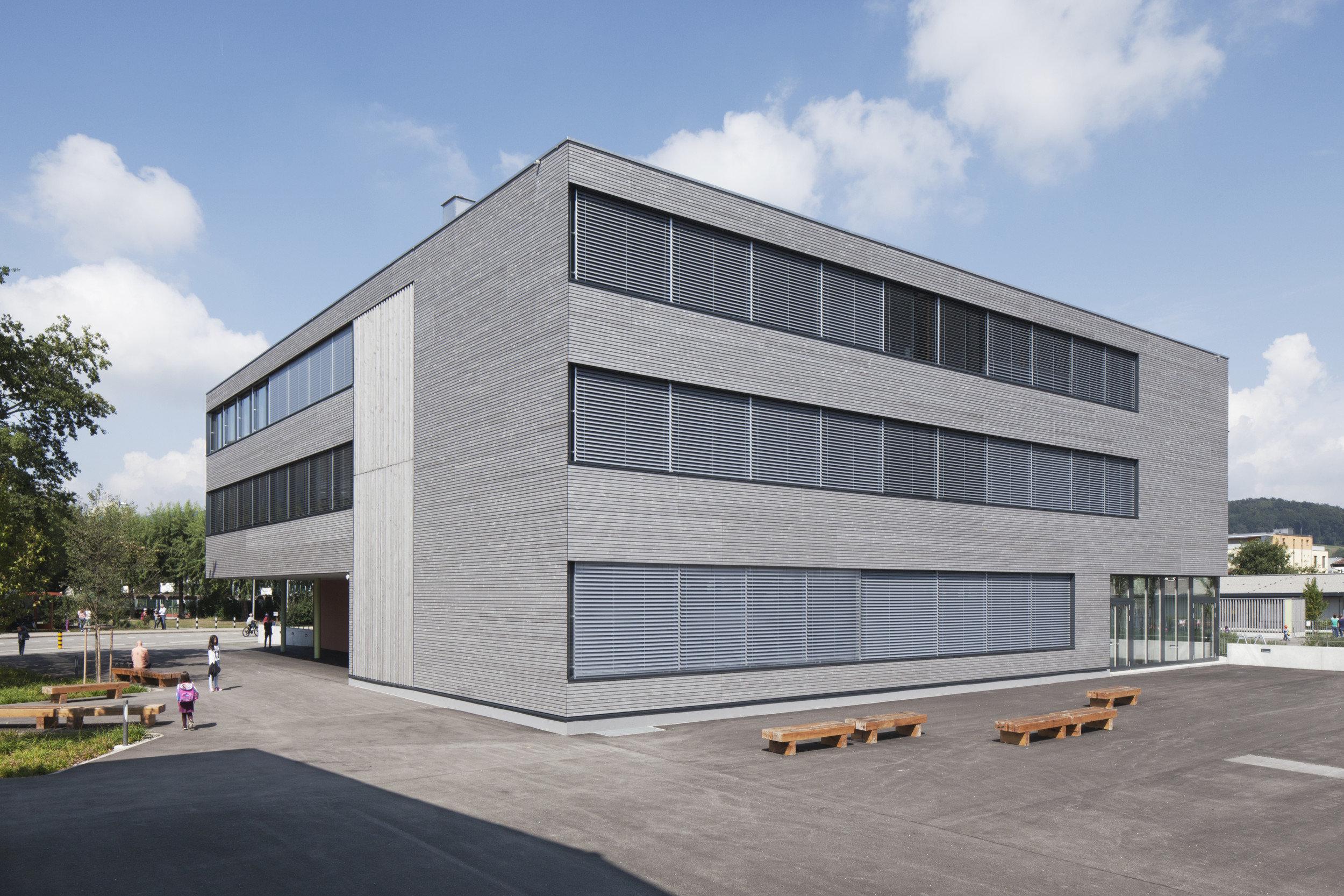 4-geschossiges Schulgebäude mit gleichmässiger Fensteranordnung