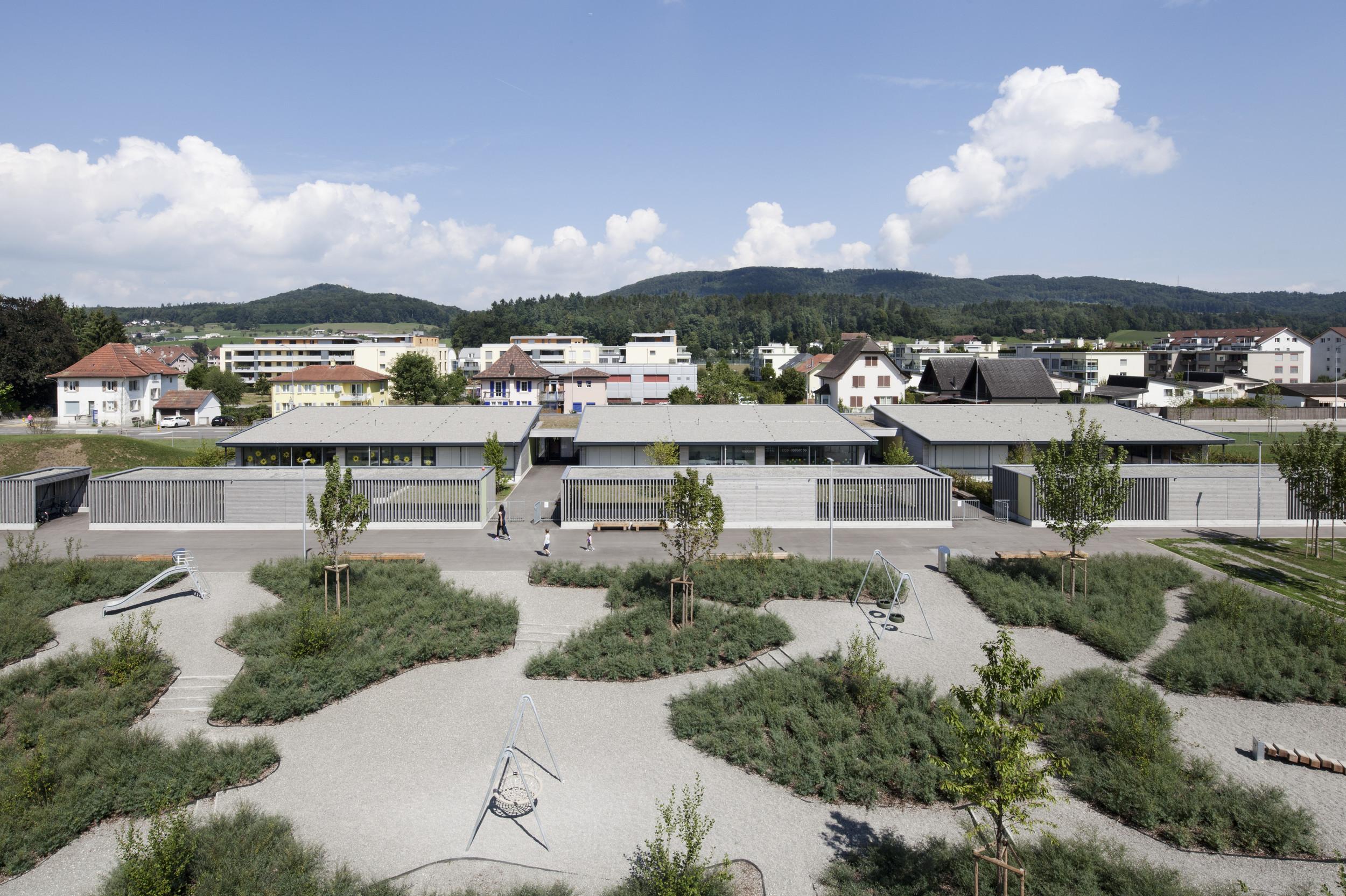 3 gleiche 1-geschossige Bildungsgebäude auf grossem Schulareal