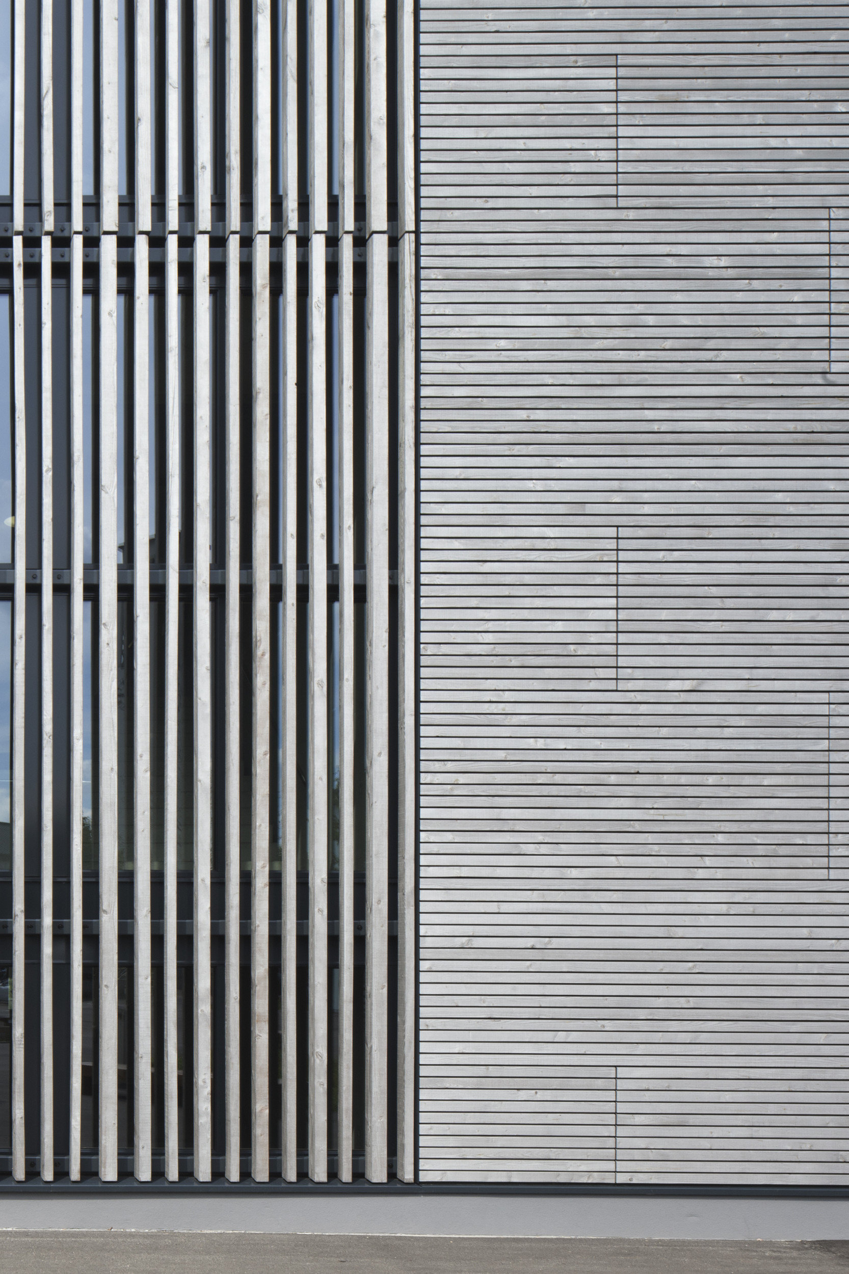 Fokus auf Holzfassade eines Schulgebäudes