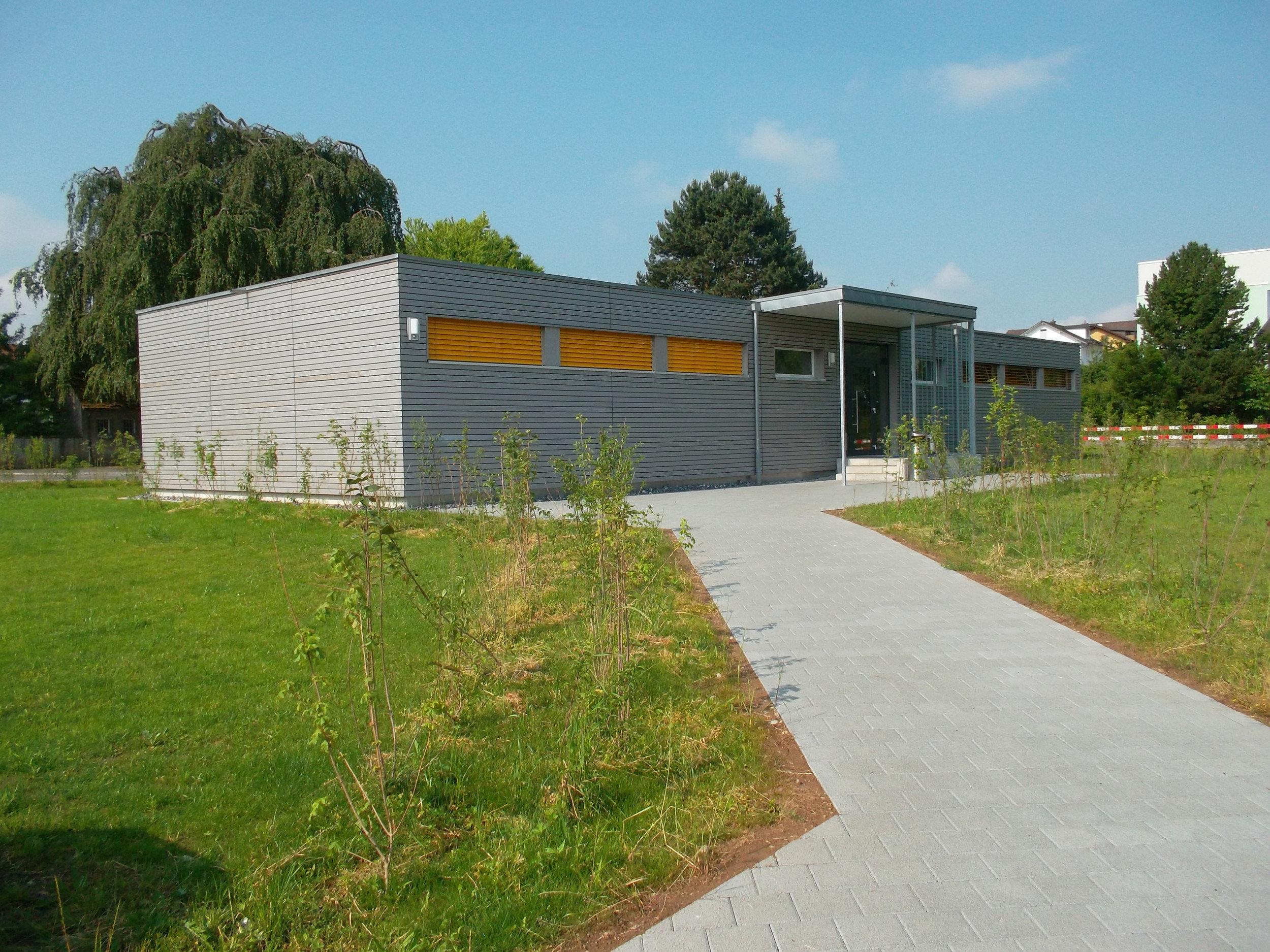 1-geschossiges Schulgebäude mit gleichmässiger Fensteranordnung