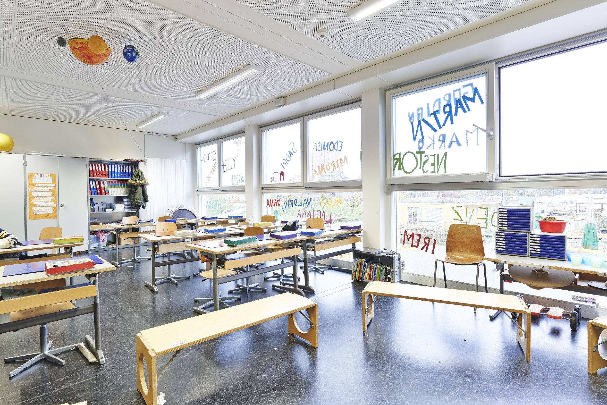 Lichtdurchflutetes ausgestattetes Klassenzimmer mit 3 gleich grossen Fensterelementen