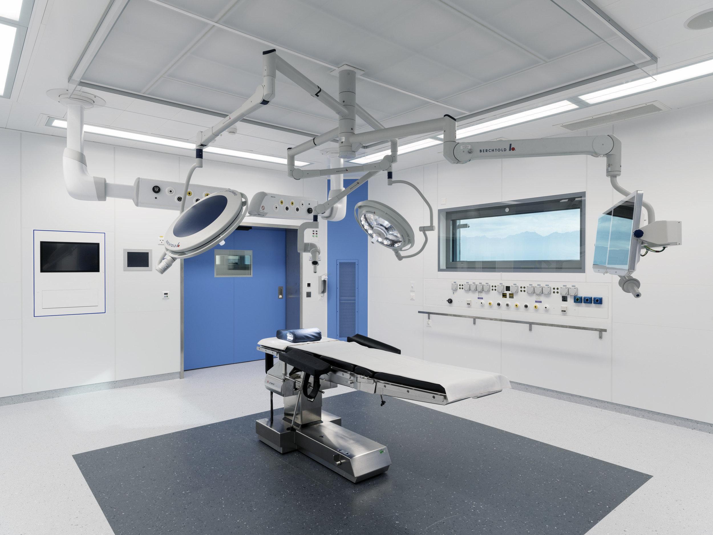 Ausgestatteter Operationssaal in hellem und modernen Design