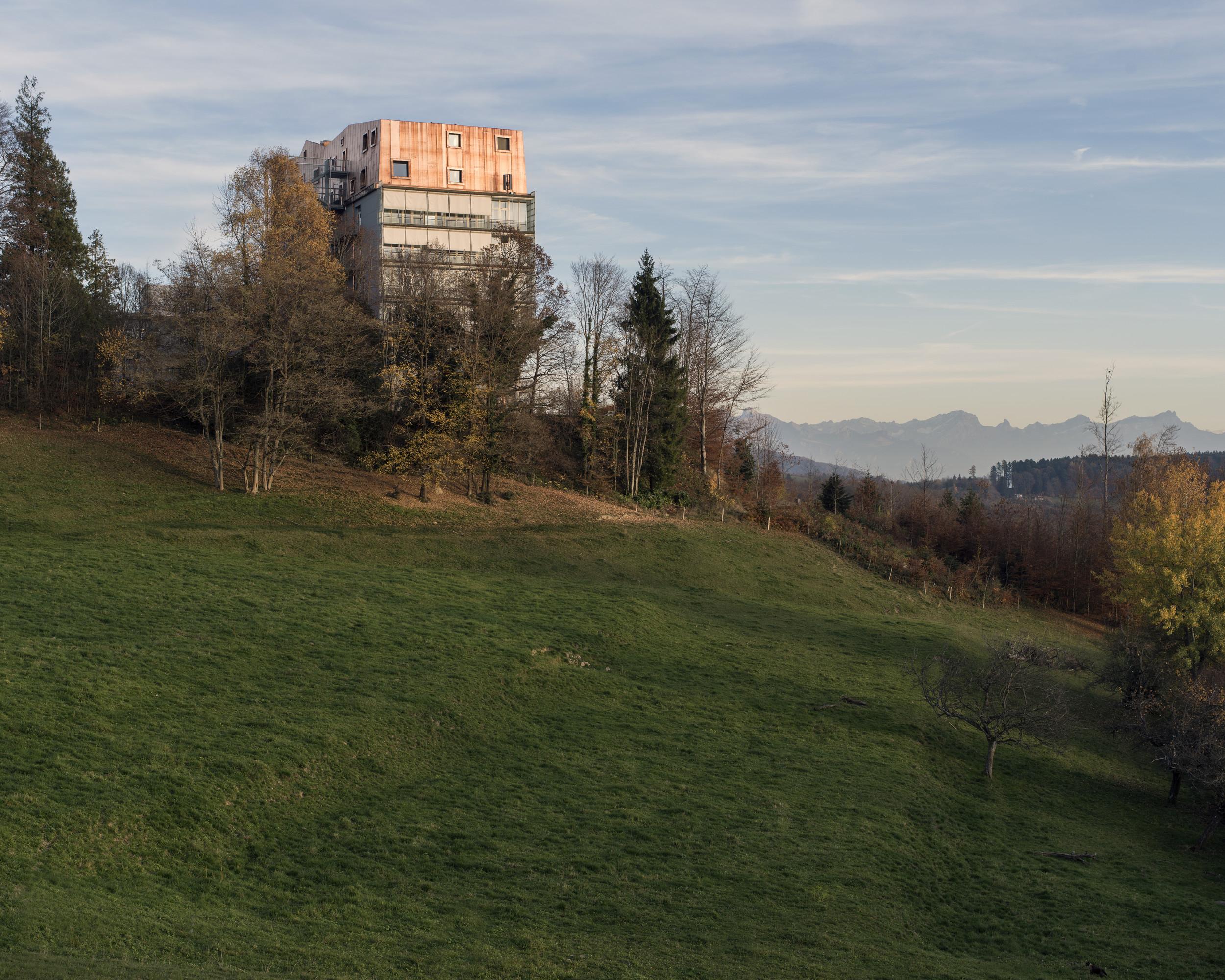 Seitenansicht von aufgestocktem Gebäude