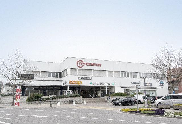 Einkaufszentrum vor Aufstockung mit gleichmässiger Fensteranordnung