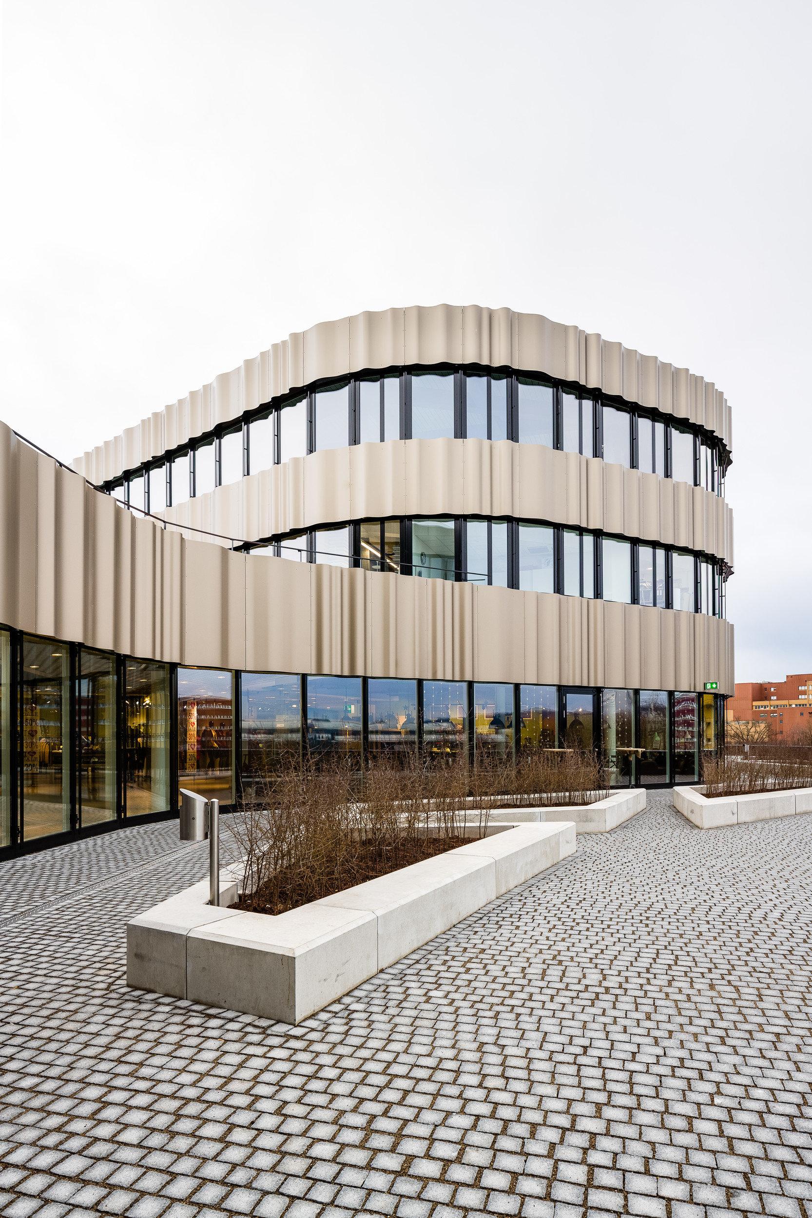 3-geschossiges Gebäude mit durchgehender Fensterfront