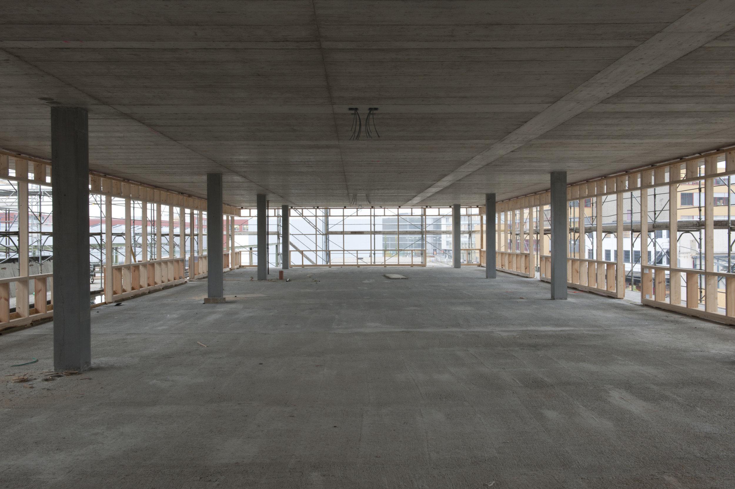 Gewerbehaus innen im Rohbau mit zementgebundene Holzfaserplatten