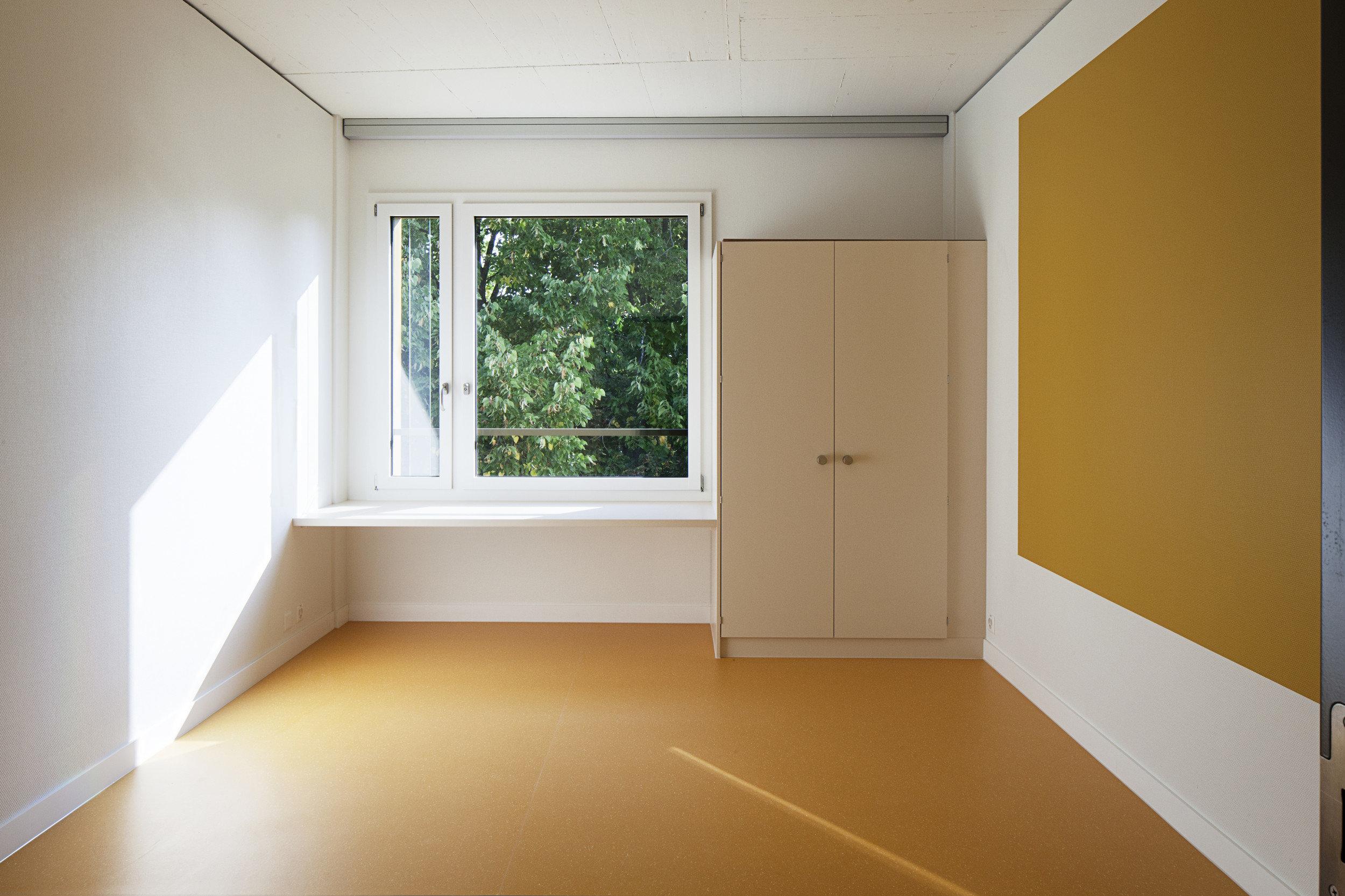Zimmer mit Doppelflügelfensterelement in bunter Atmosphäre