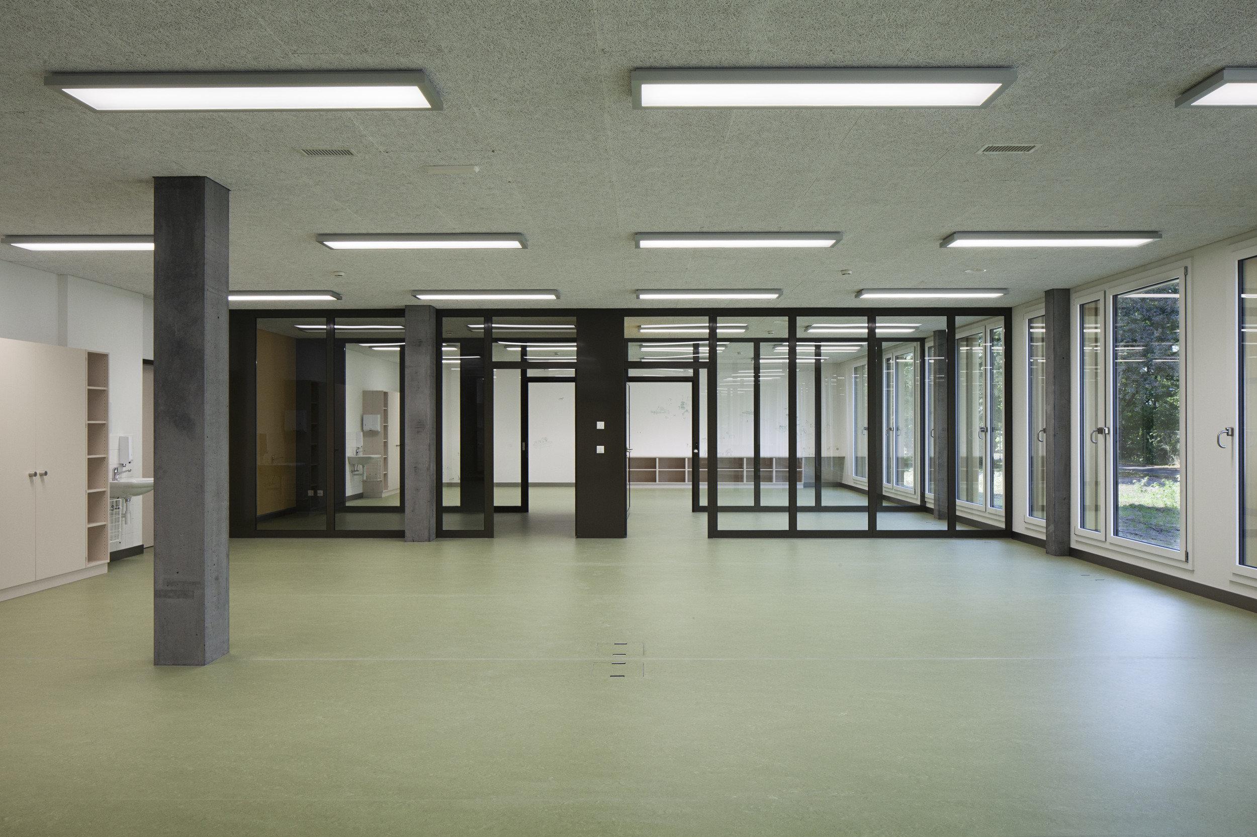 Eingangsbereich Wohngebäude mit raumhoher Fensterfront