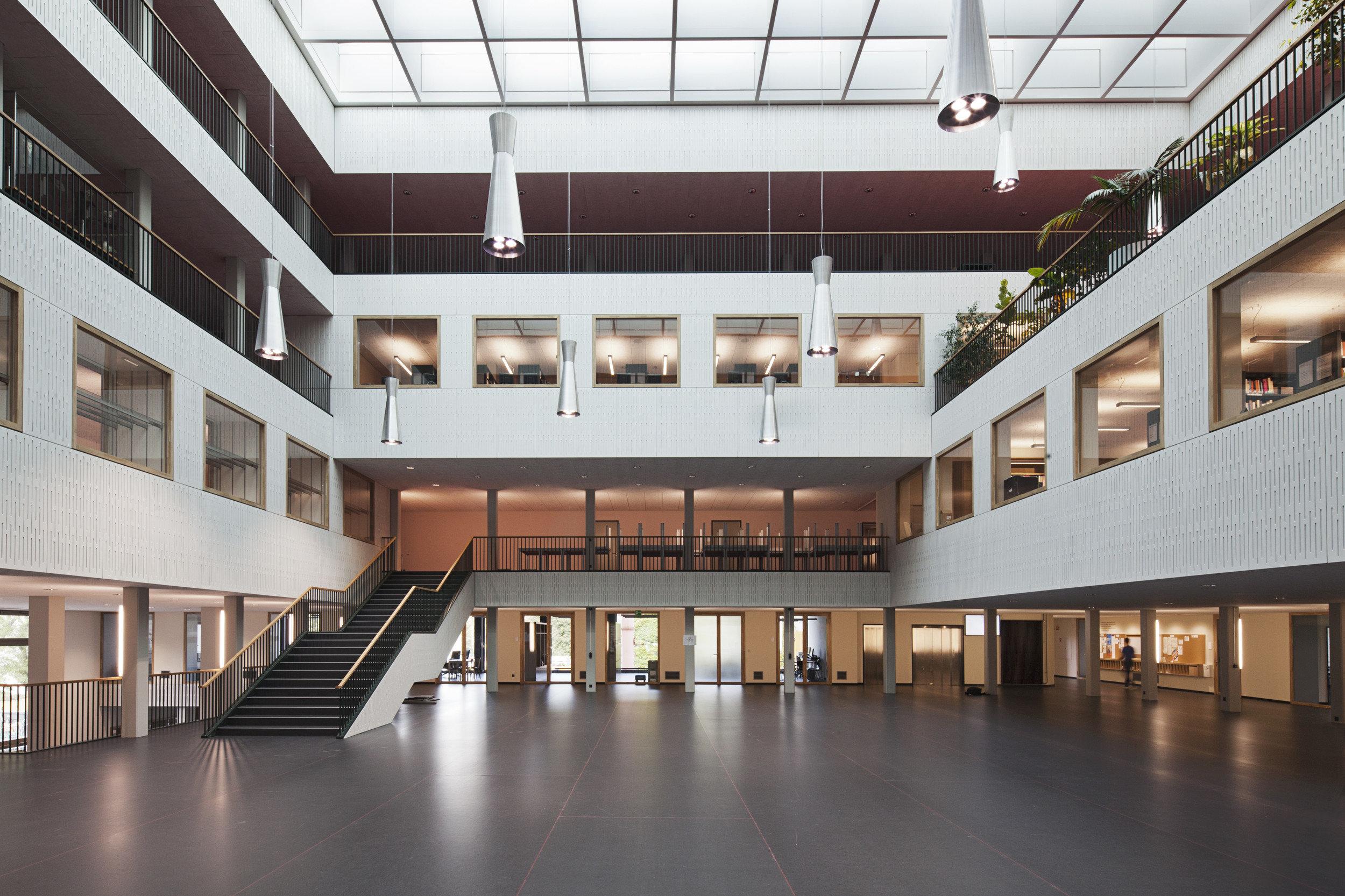 offener Eingangsbereich von innen mit grossen Indoorfenstern