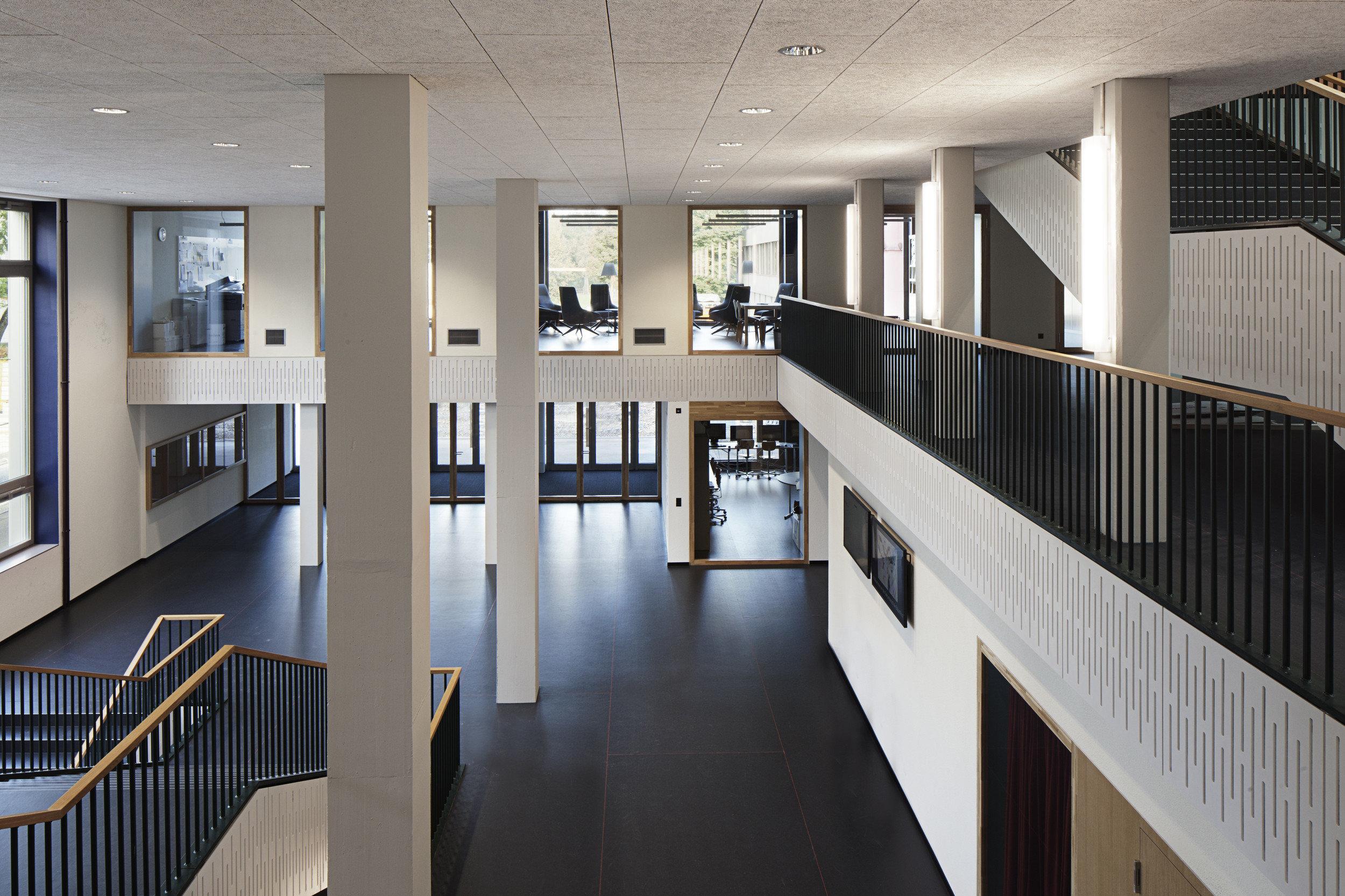 Flur Schulgebäude mit grossen quadratischen Indoorfenstern