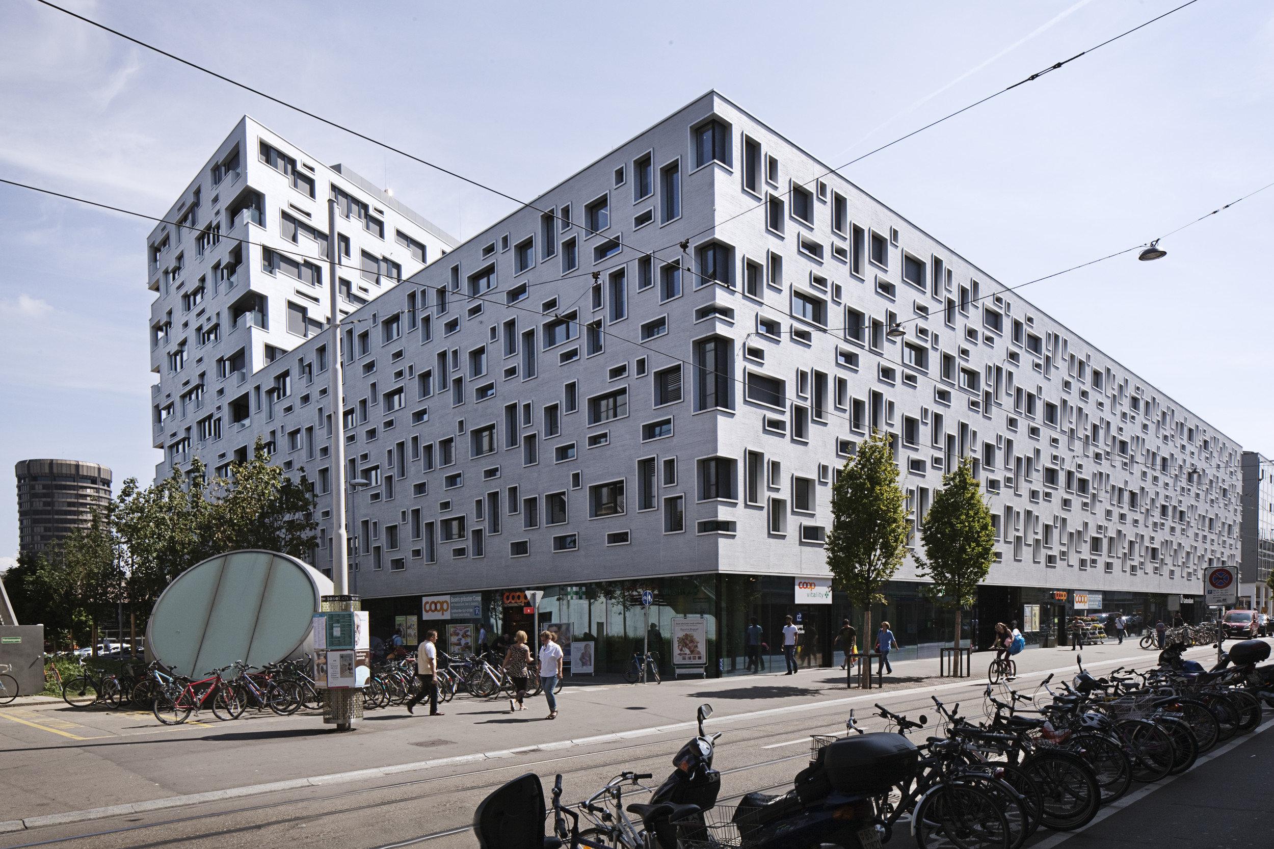 Bürogebäude in spezieller Form mit sehr vielen versch. Fenstergrössen