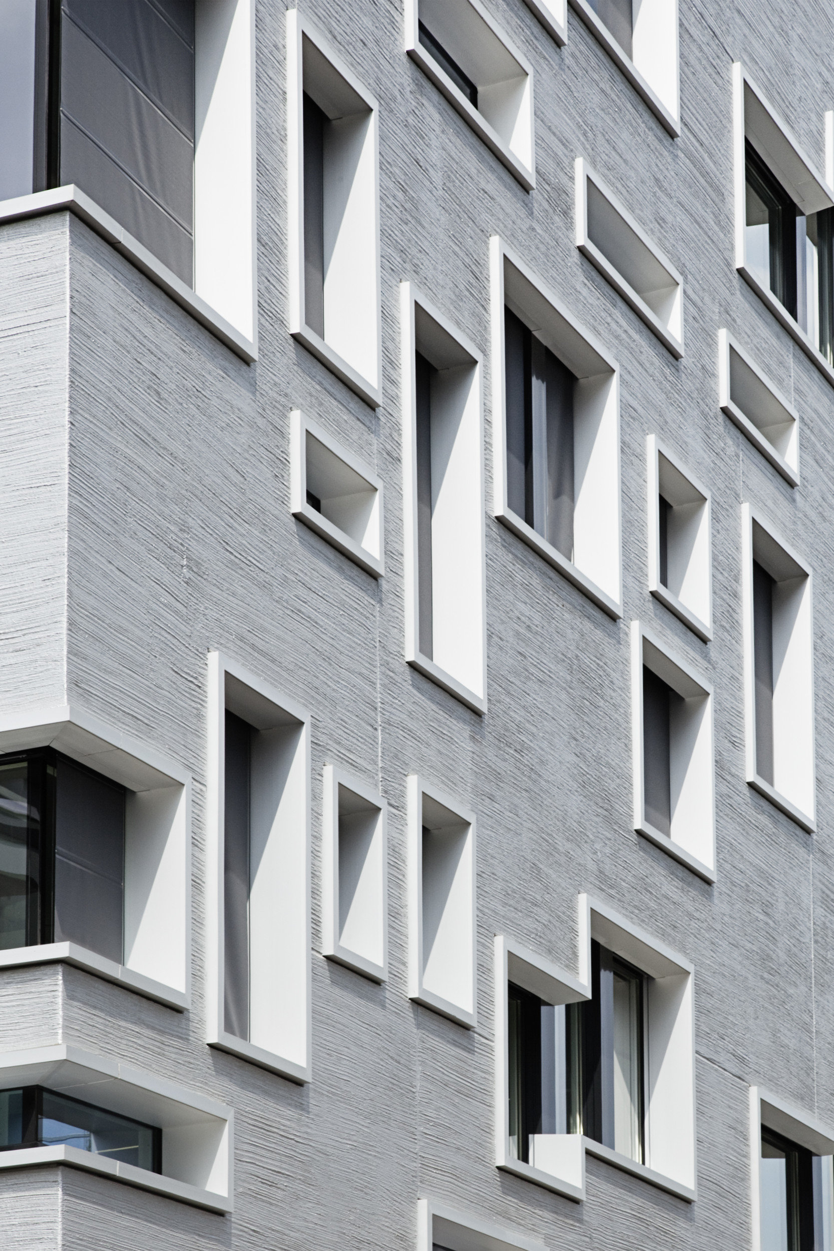 Fokus auf verschiedene Fenstergrössen auf Gebäude